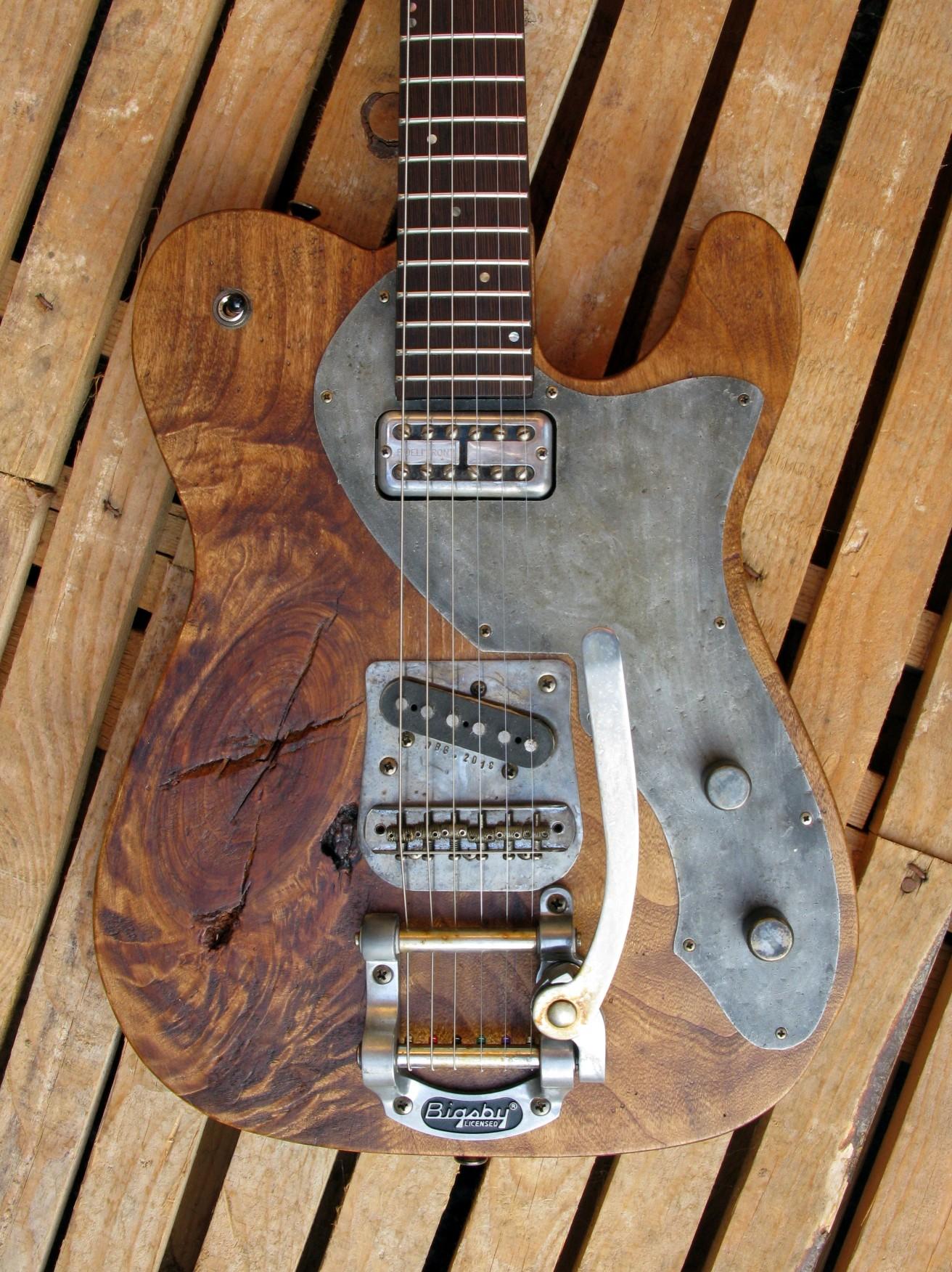 Body di una chitarra Telecaster in pioppo antico con Bigsby