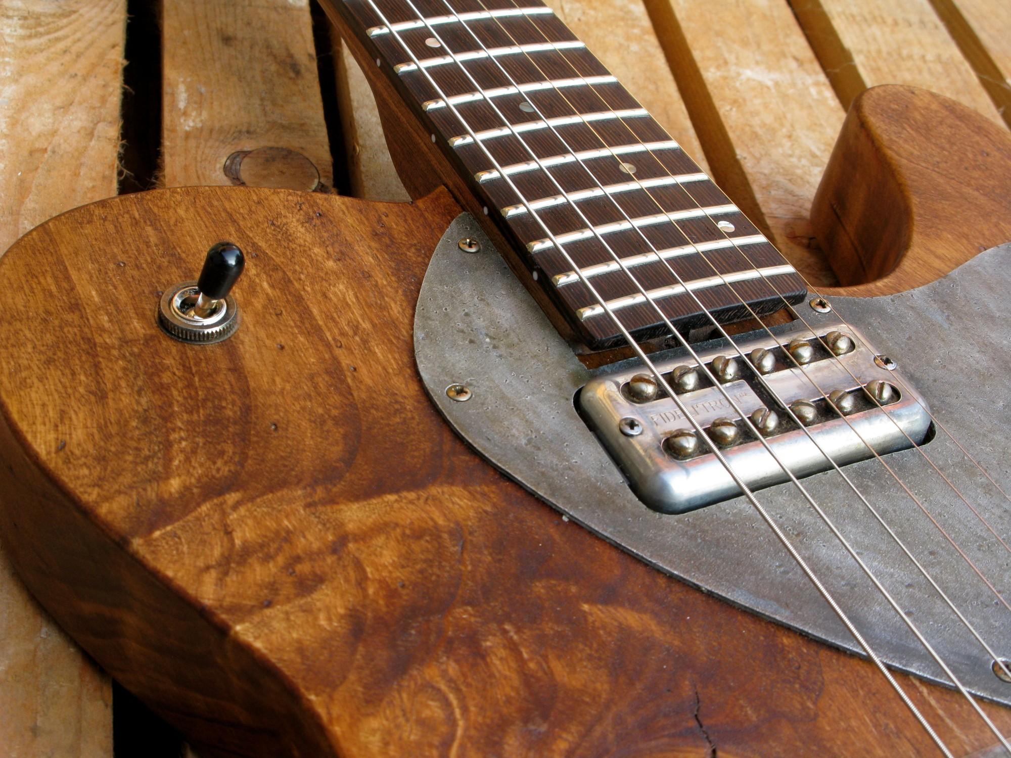 Pickup al manico di una chitarra Telecaster in pioppo antico