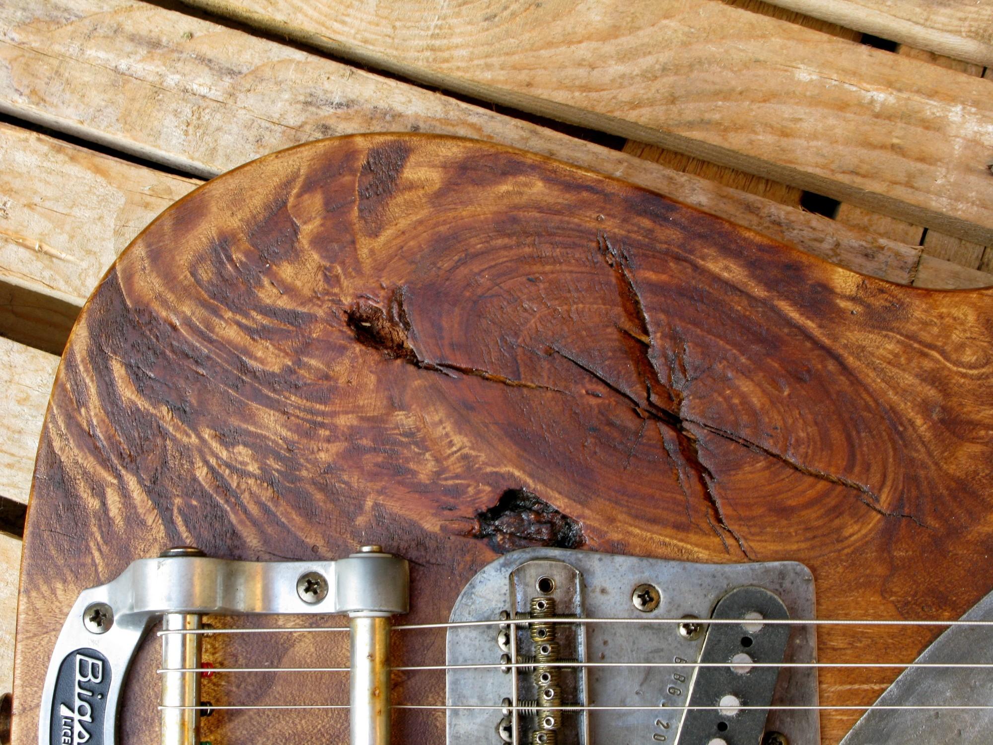 Ponte e Bigsby di una chitarra Telecaster in pioppo antico