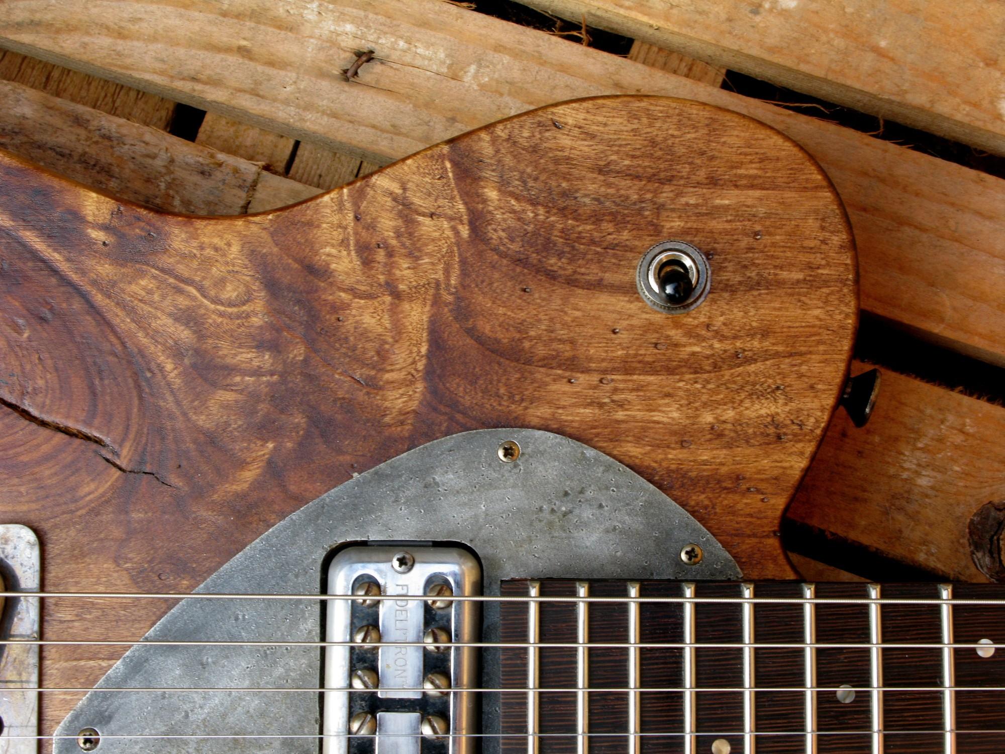 Spalle e pickup al manico di una chitarra Telecaster in pioppo antico