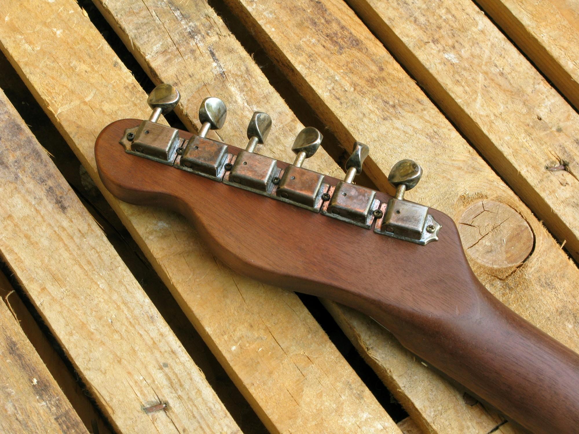 Retro della paletta in noce di una chitarra Telecaster in pioppo antico