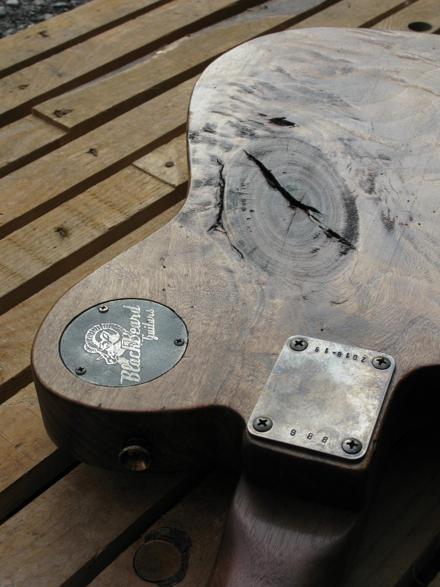Dettaglio di un nodo sul retro del body di una chitarra Telecaster in pioppo antico
