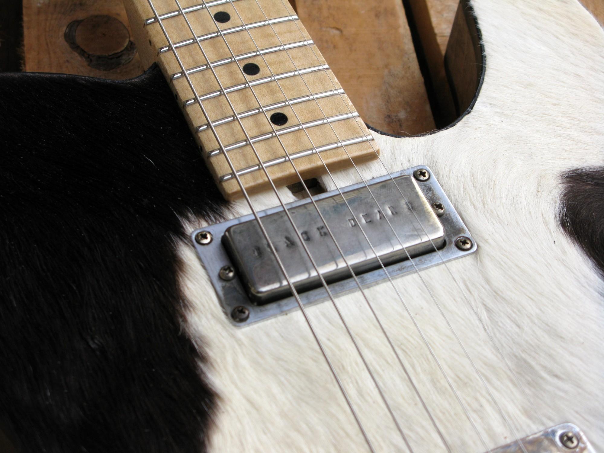 Pickup al manico di una chitarra Telecaster in castagno con top in pelle di mucca