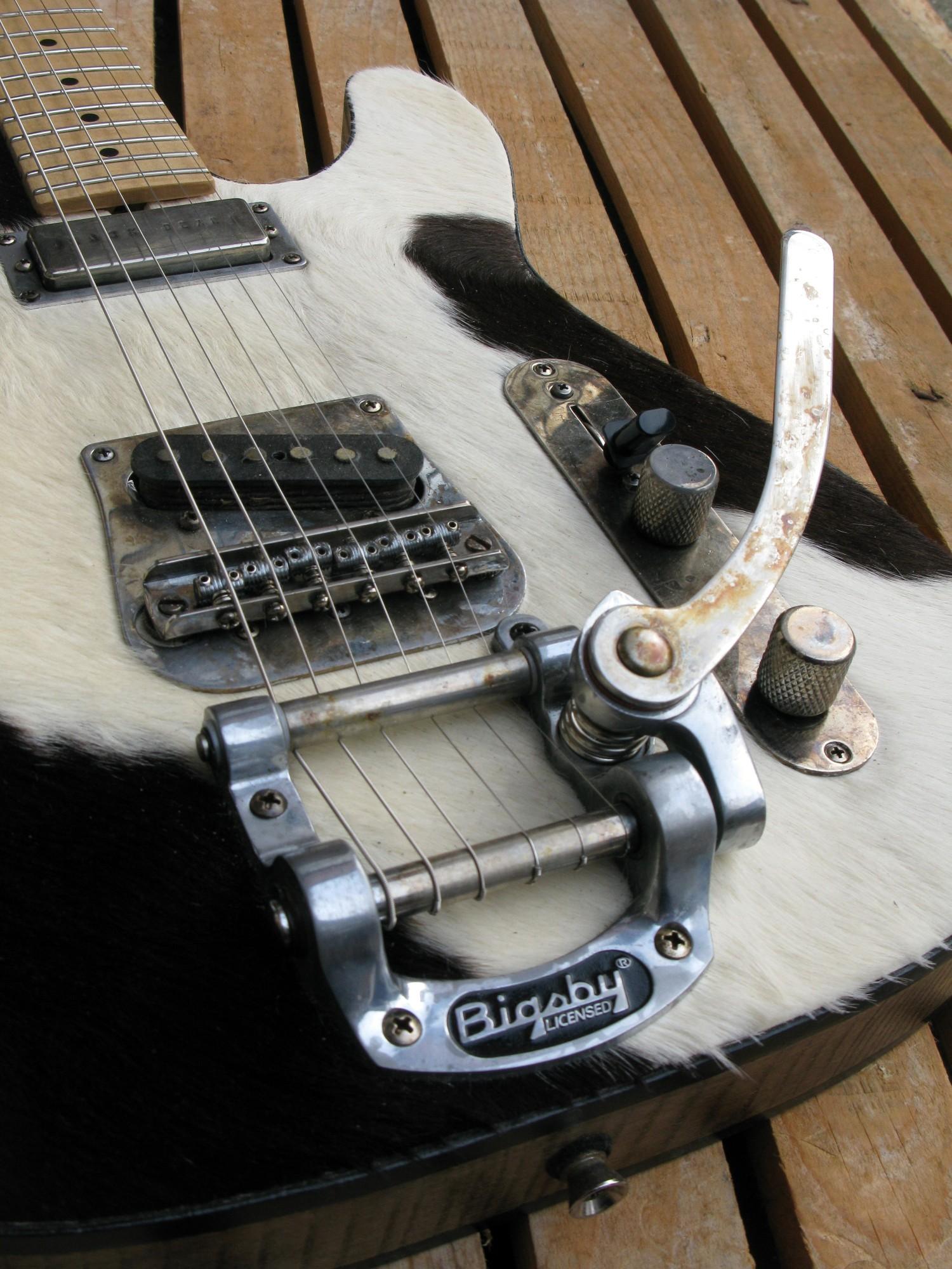 Bigsby di una chitarra Telecaster in castagno con top in pelle di mucca