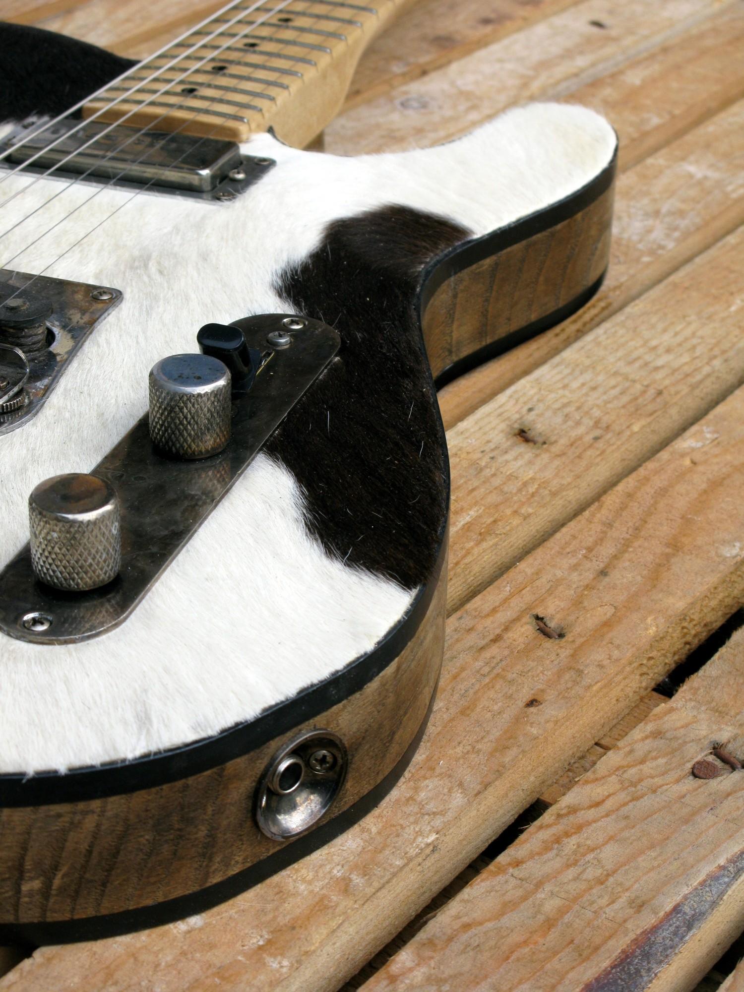 Controlli di una chitarra Telecaster in castagno con top in pelle di mucca
