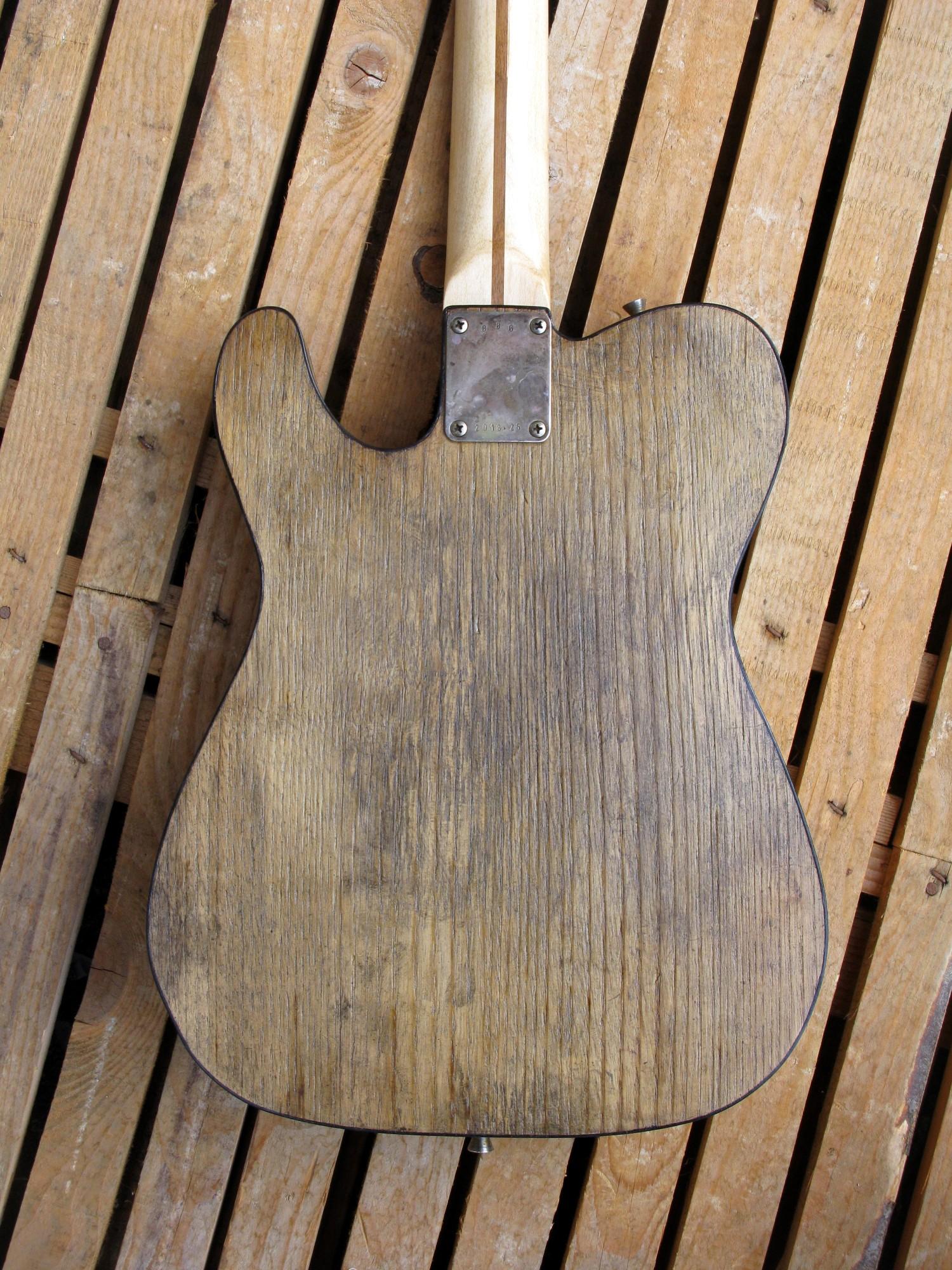 Retro di una chitarra Telecaster dal body in castagno