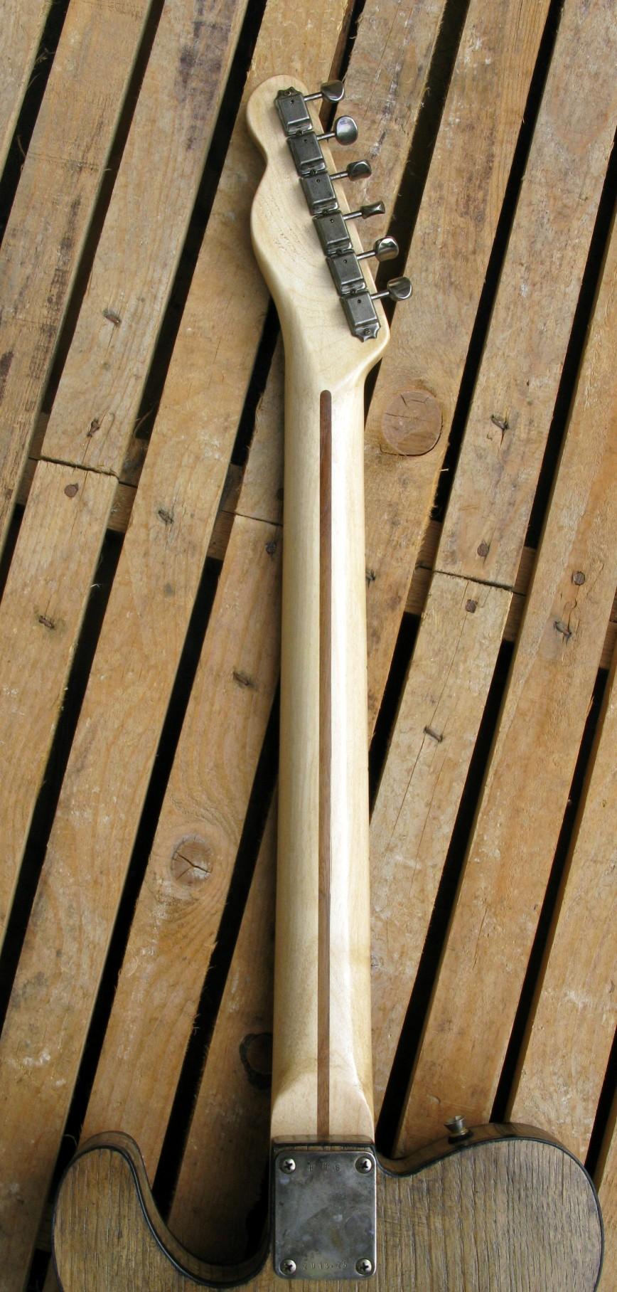Retro del manico in acero di una chitarra Telecaster in castagno con top in pelle di mucca