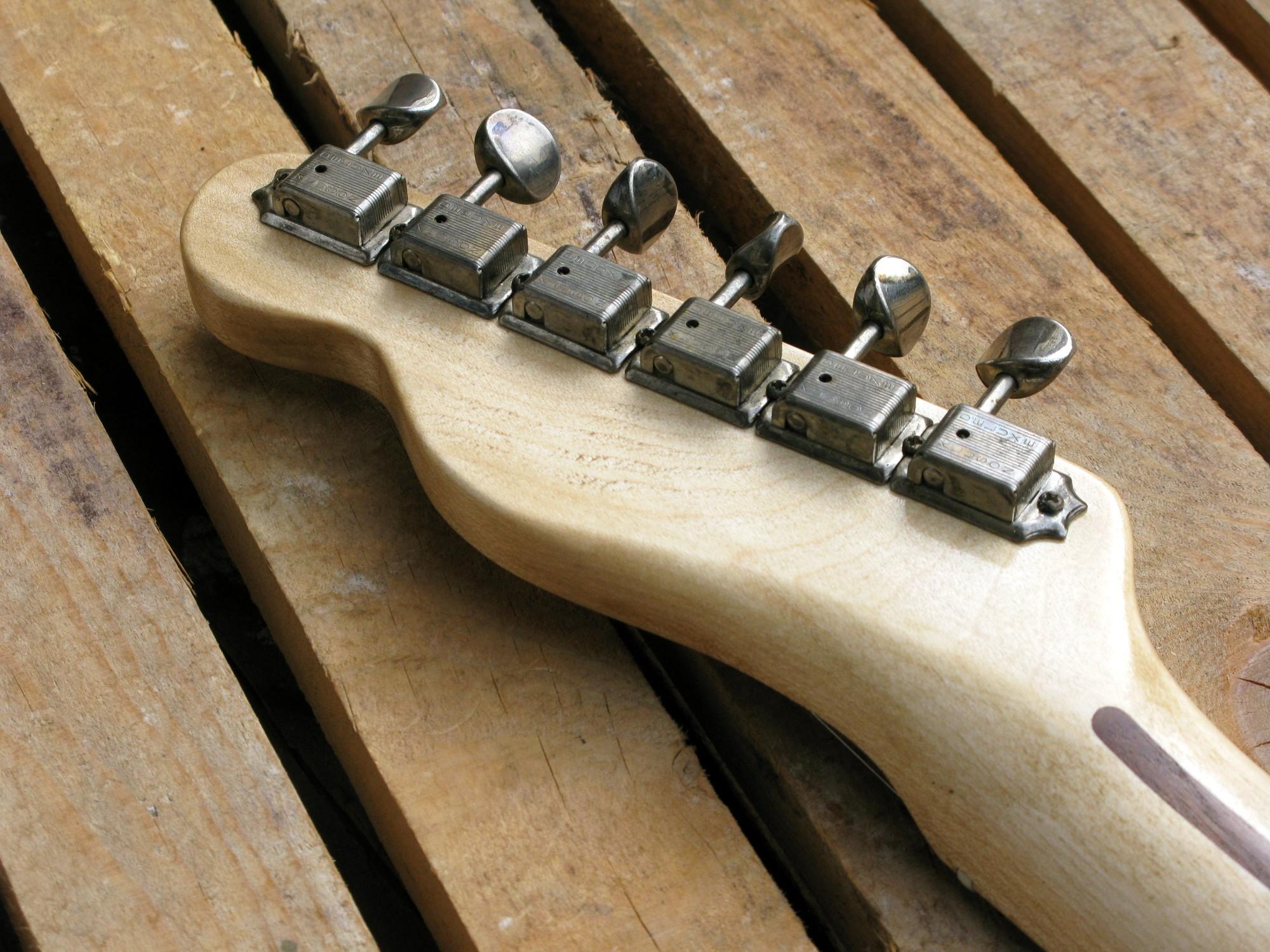 Meccaniche e paletta in acero di una chitarra Telecaster in castagno con top in pelle di mucca