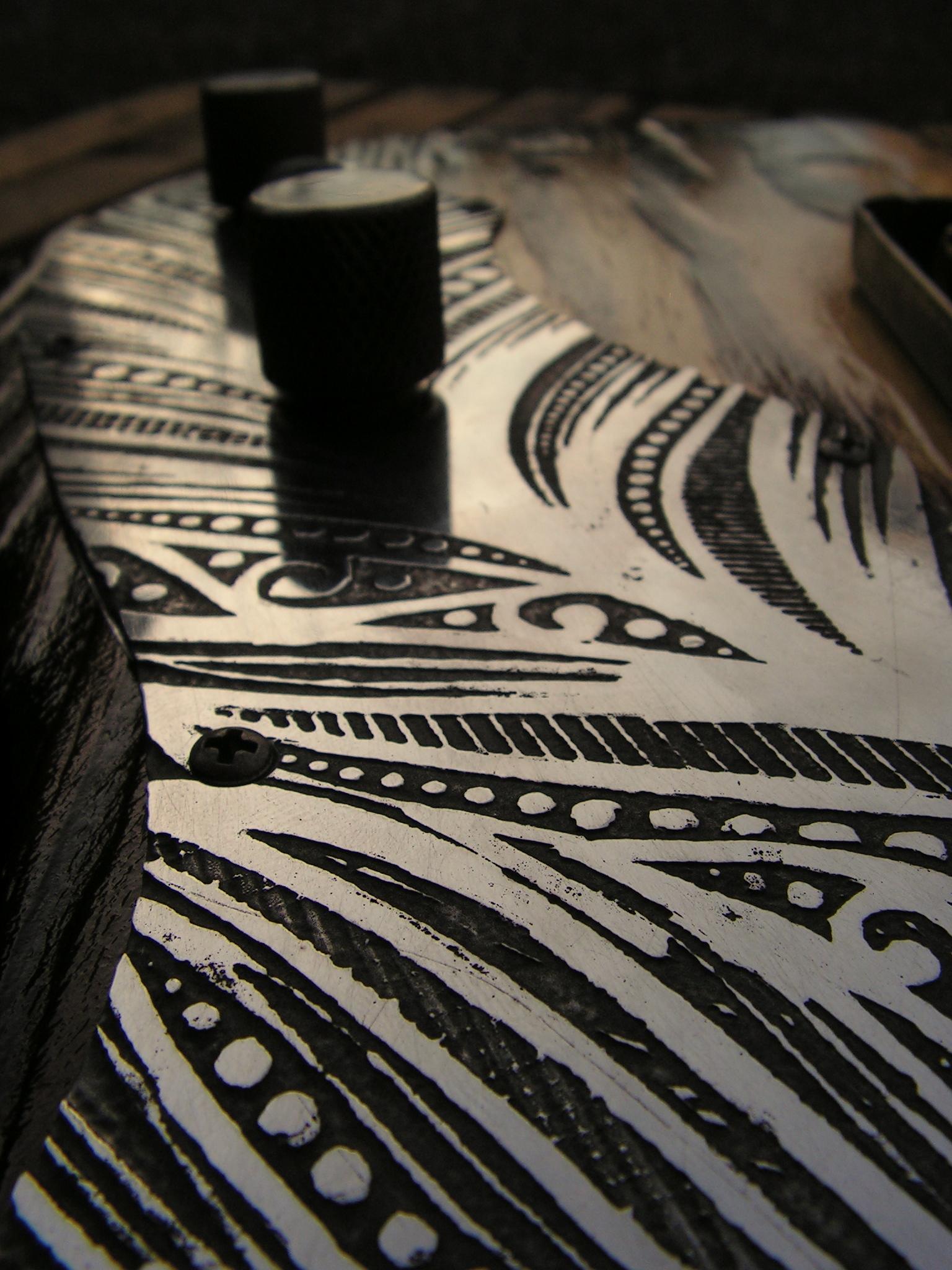 Dettaglio del battipenna inciso di una Telecaster Thinline in pino