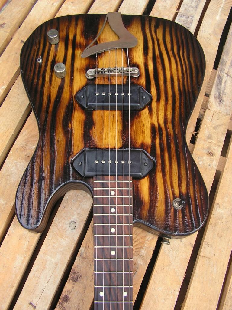 Body di una chitarra Telecaster in pino roasted con due P90