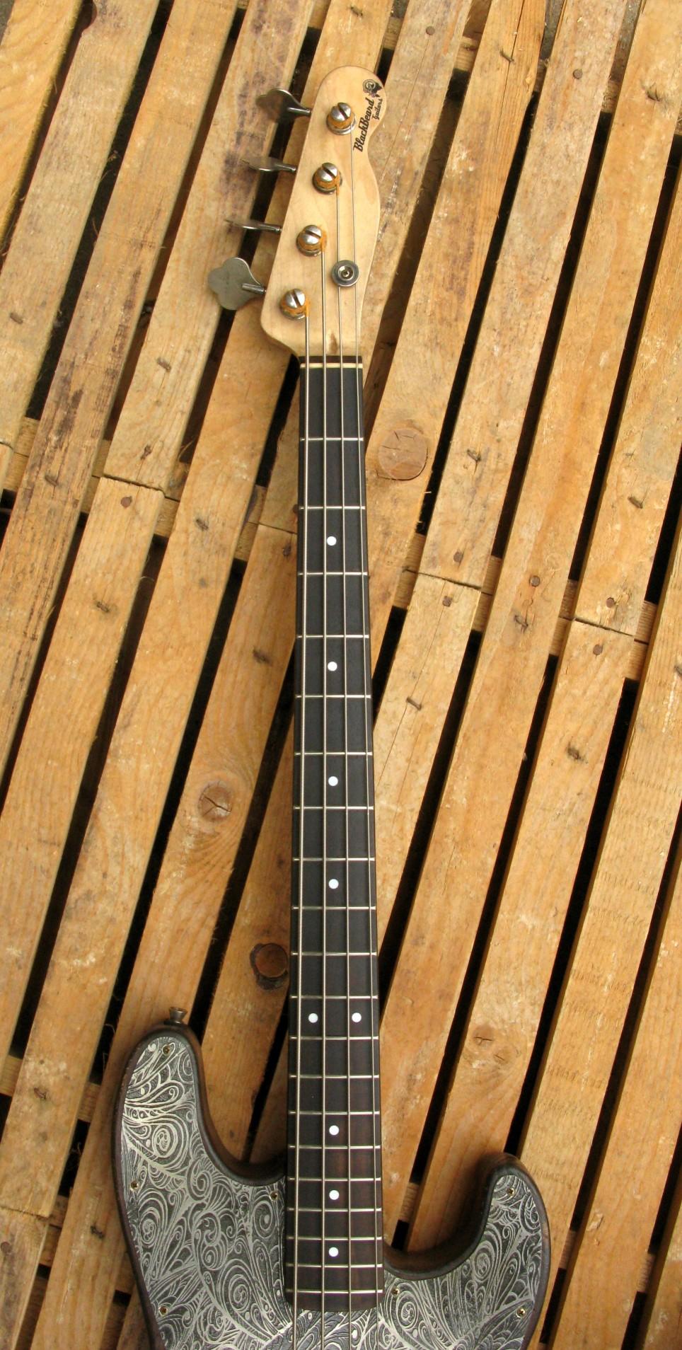tastiera in palissandro di un basso Precision p-51 in pioppo