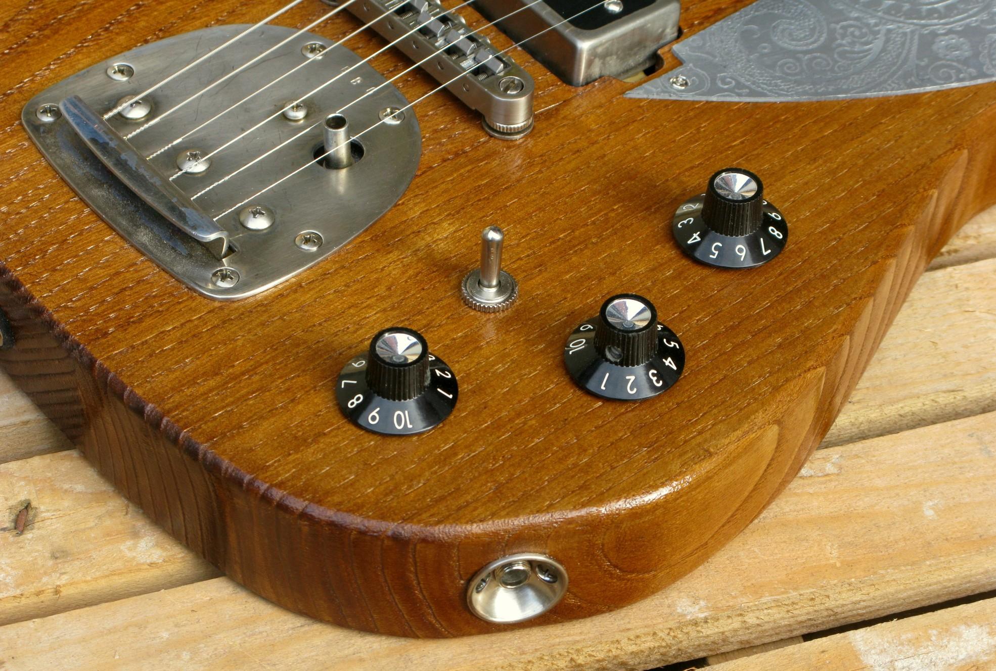 Dettaglio del body di una chitarra Telecaster in castagno