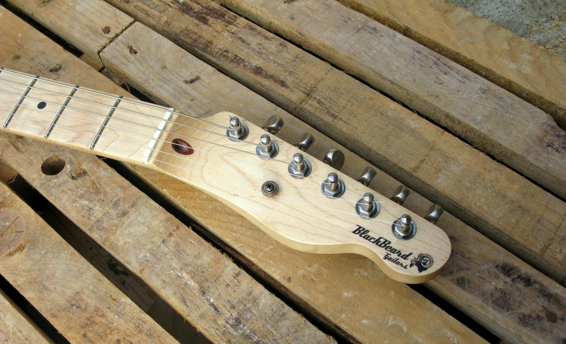 Paletta in acero di una chitarra Telecaster in castagno