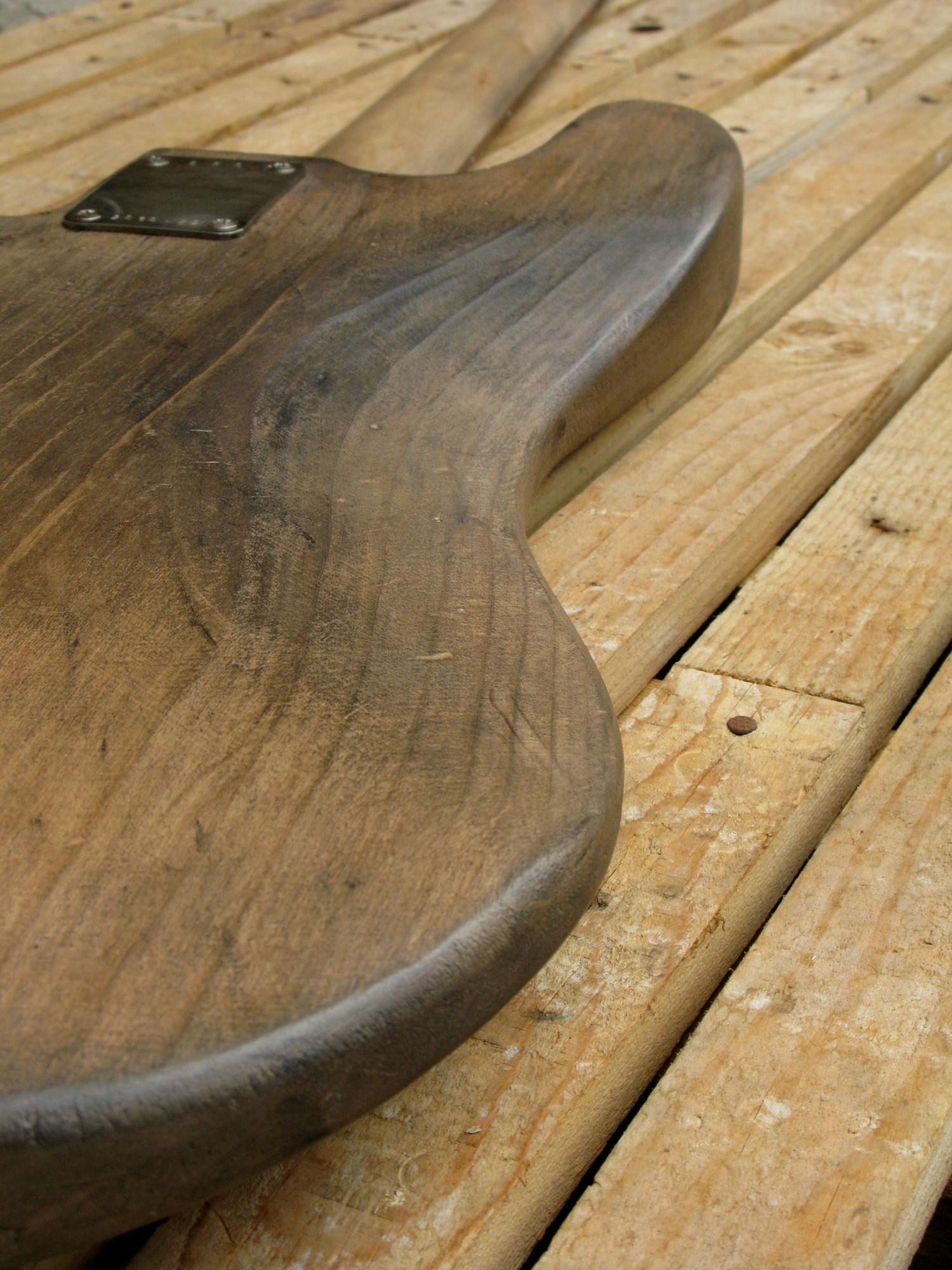 Retro del body di un basso Precision in ontano e manico in acero