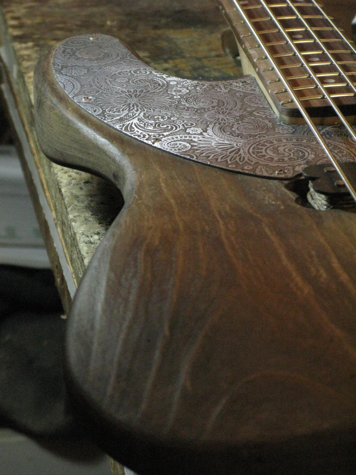 Battipenna inciso di un basso Precision in ontano e manico in acero