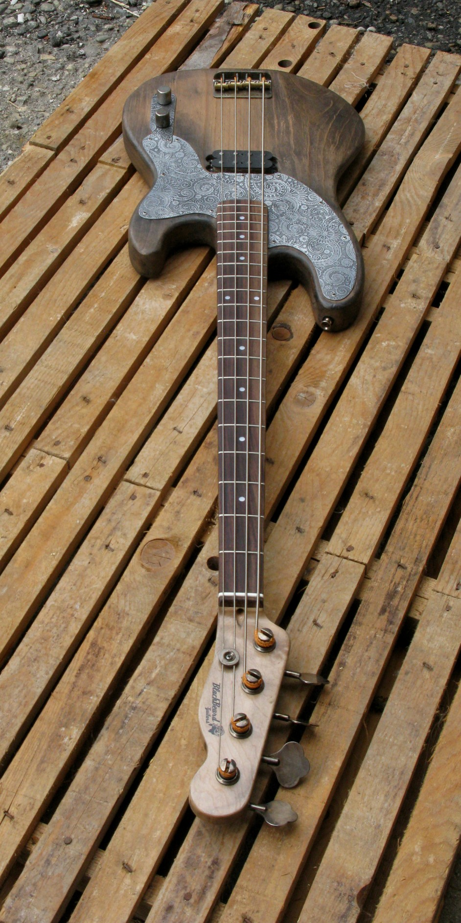 Tastiera in palissandro di un basso Precision in ontano e manico in acero