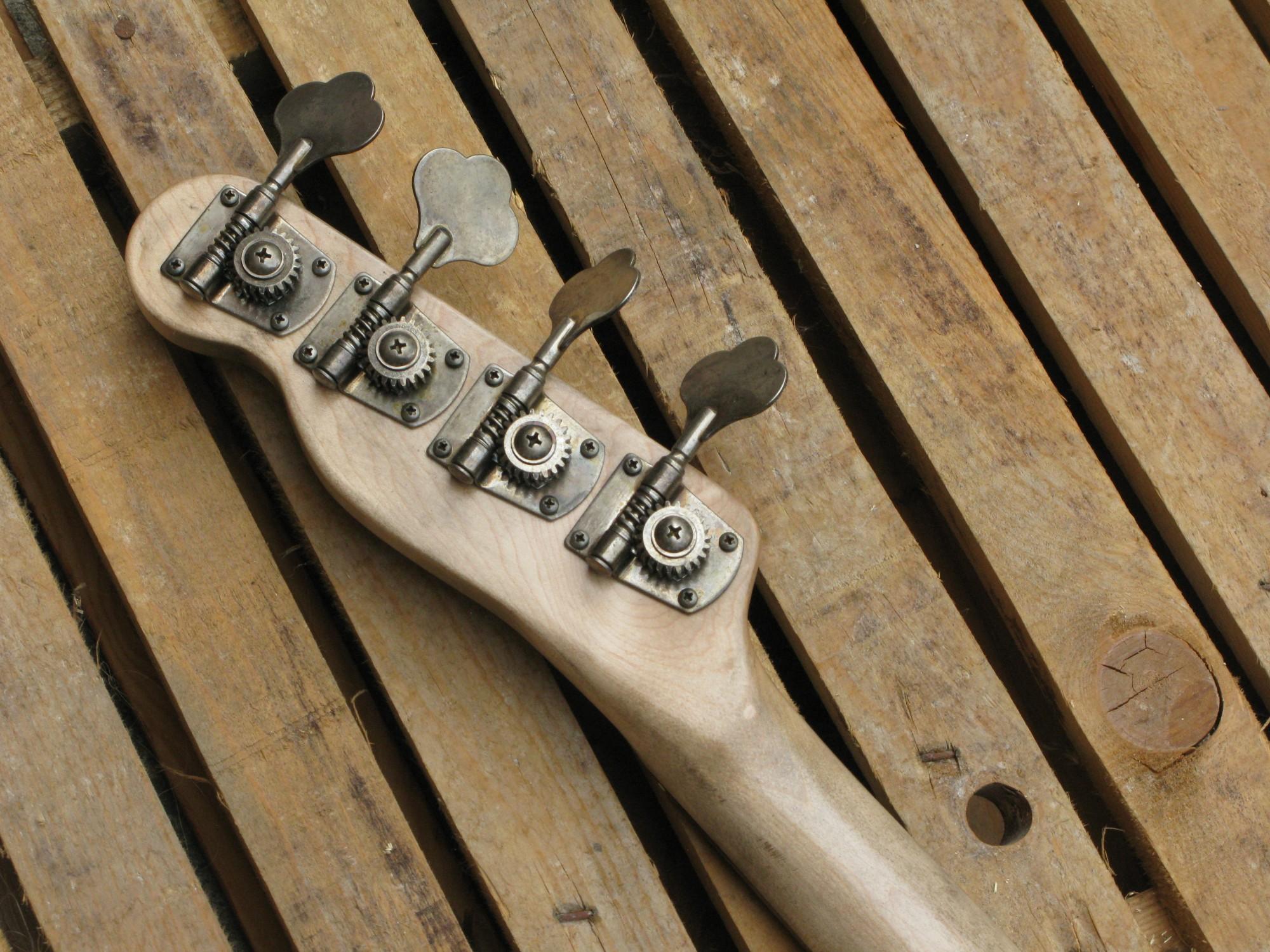 Retro della paletta di un basso Precision in ontano e manico in acero