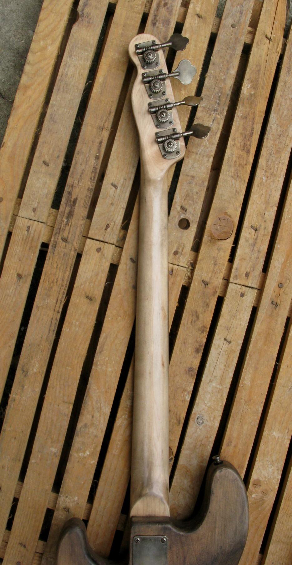 Retro del manico di un basso Precision in ontano e manico in acero