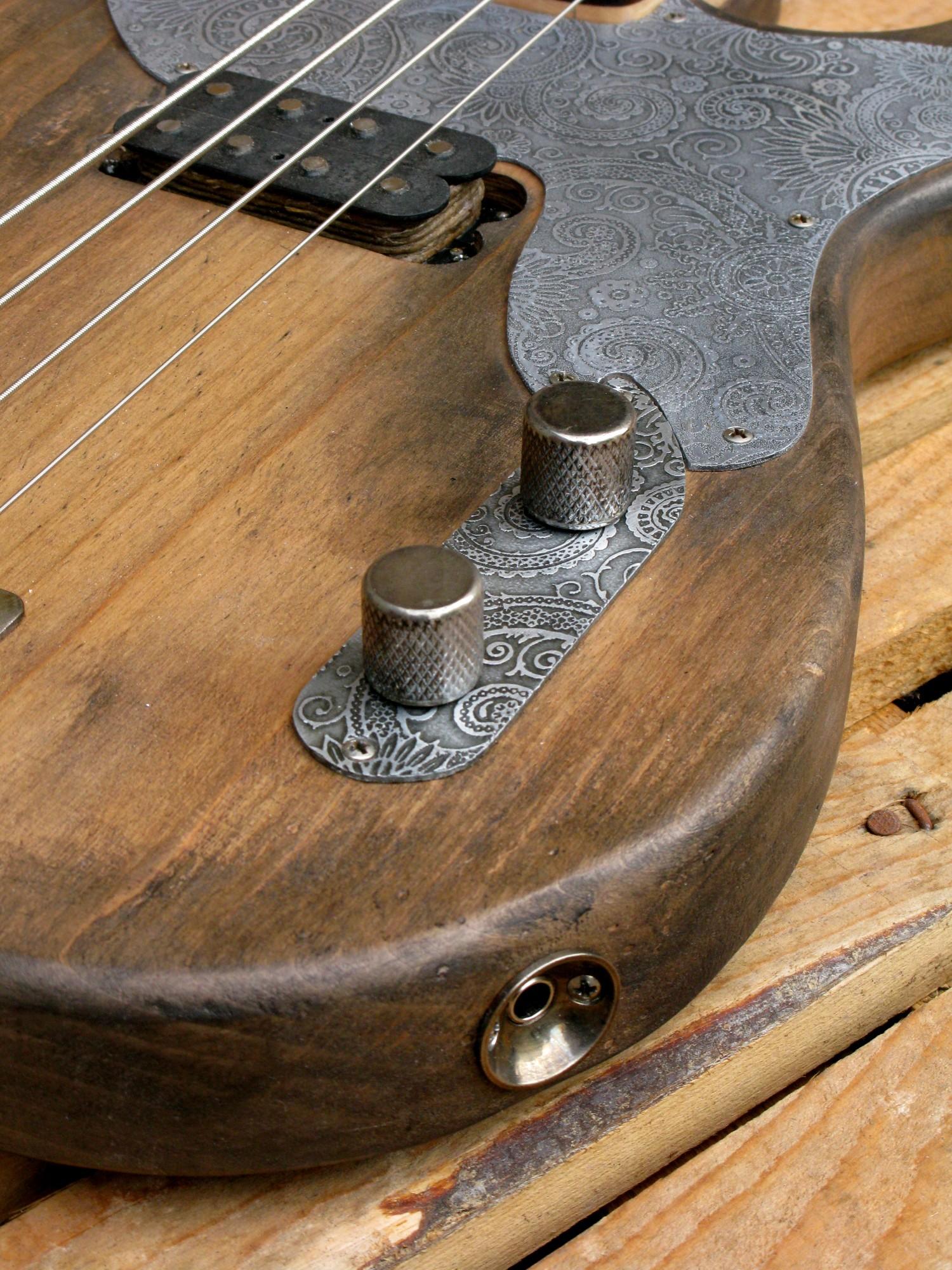Piastra controlli incisa di un basso Precision in ontano e manico in acero