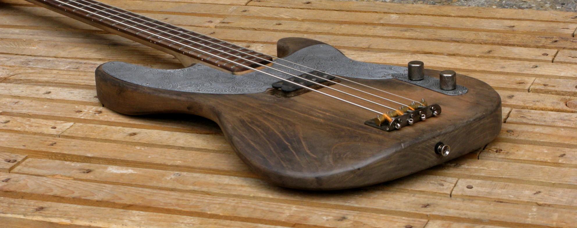 Vista laterale di un basso Precision in ontano e manico in acero