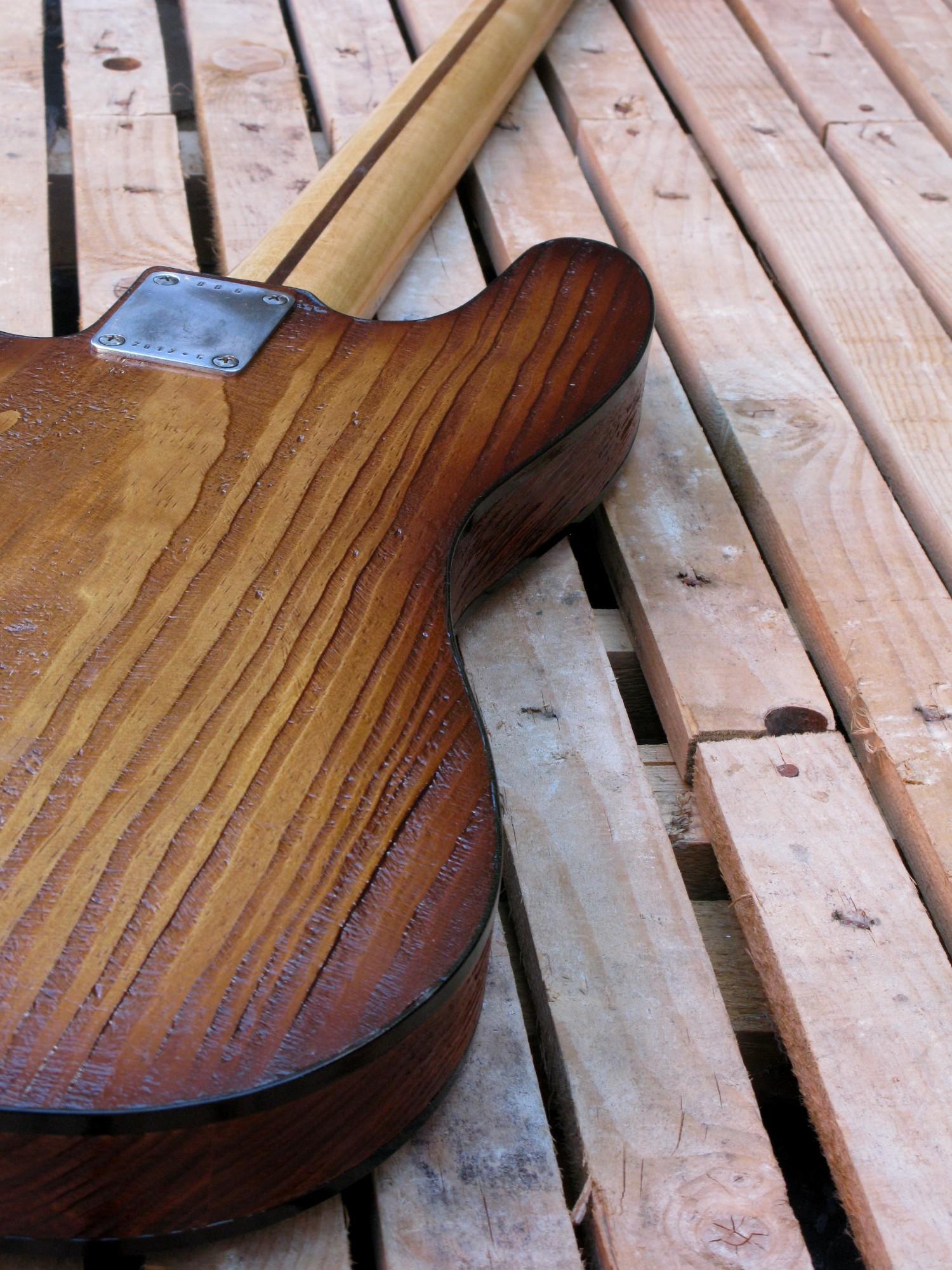 Retro di un basso modello Precision col top ricavato da una cassetta di whiskey