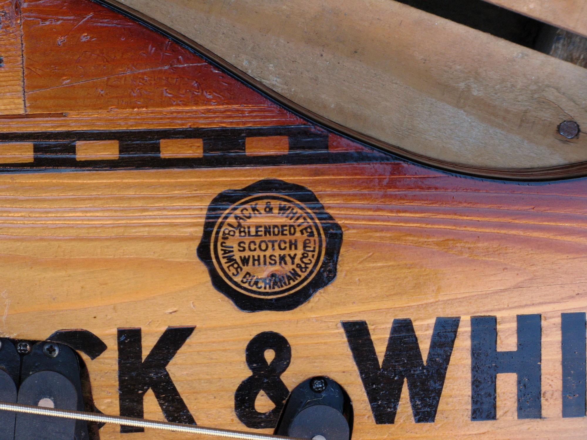 Dettaglio Retro di un basso modello Precision col top ricavato da una cassetta di whiskey