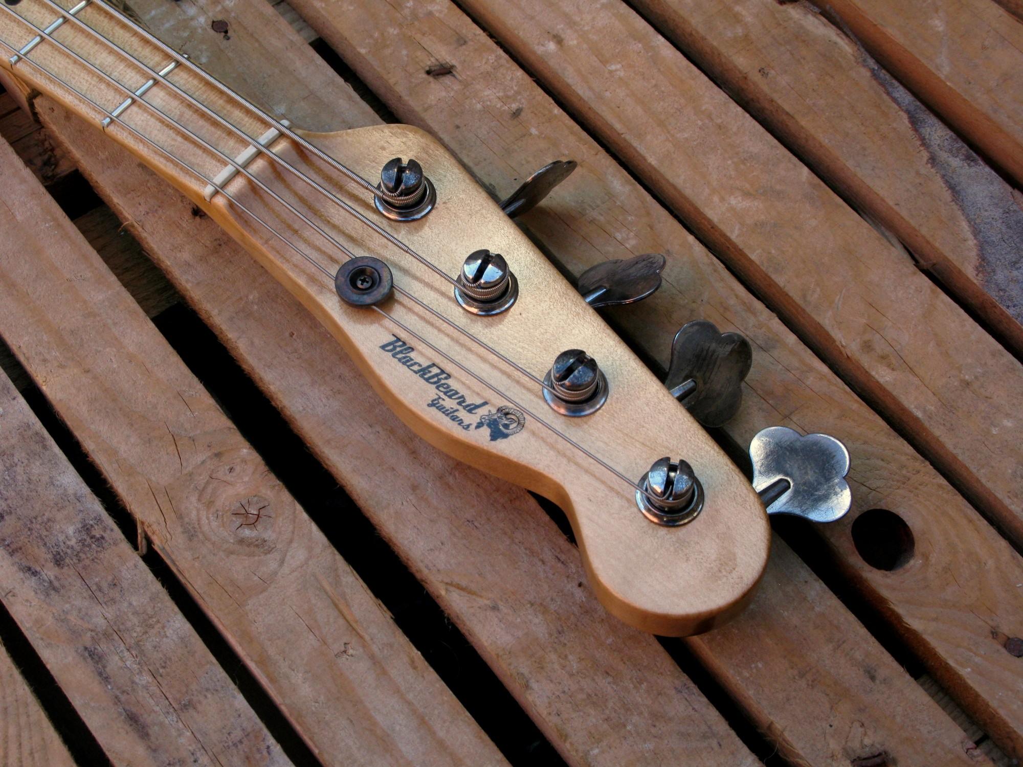 Paletta di un basso modello Precision col top ricavato da una cassetta di whiskey