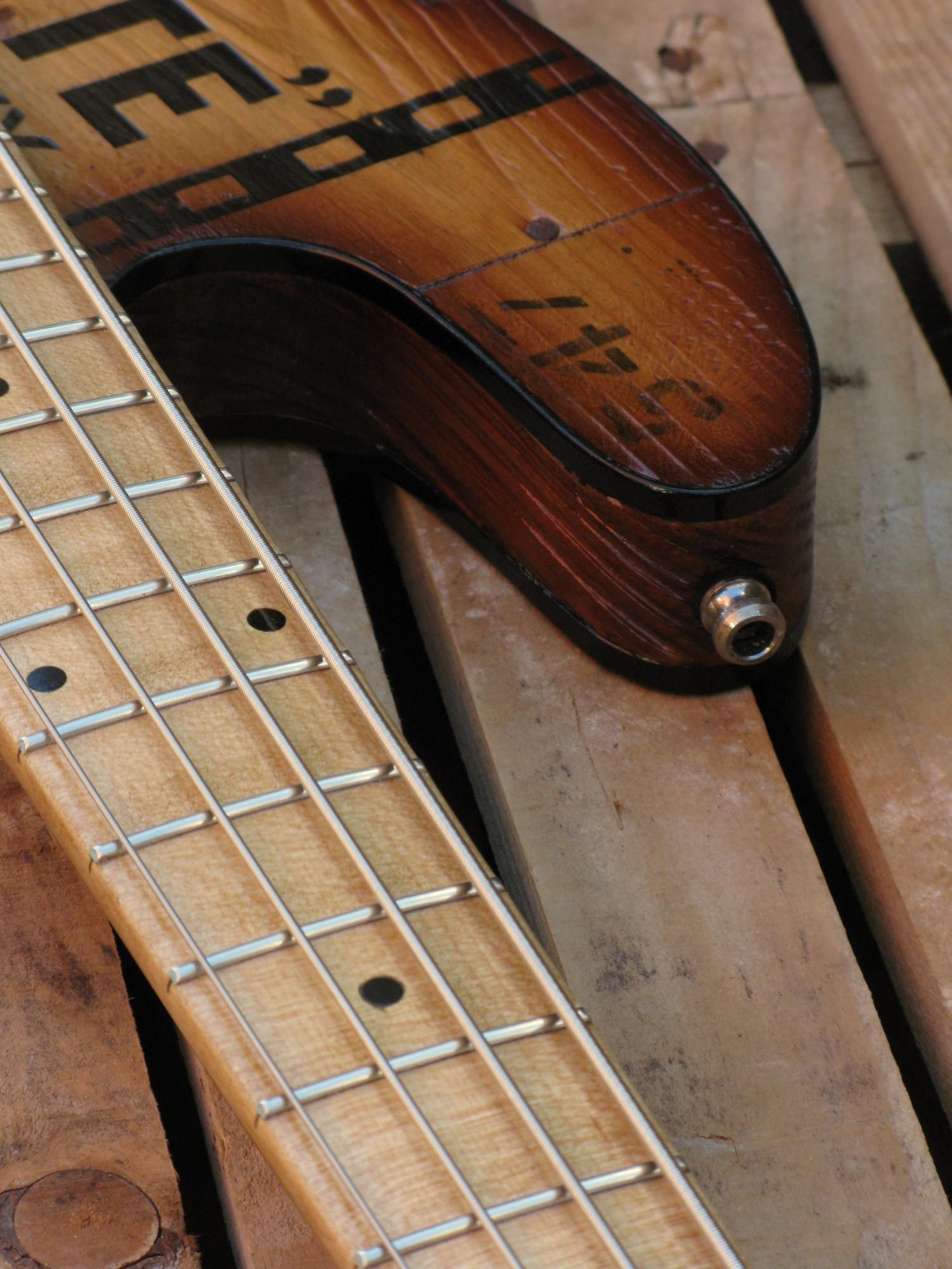 Tastiera di un basso modello Precision col top ricavato da una cassetta di whiskey