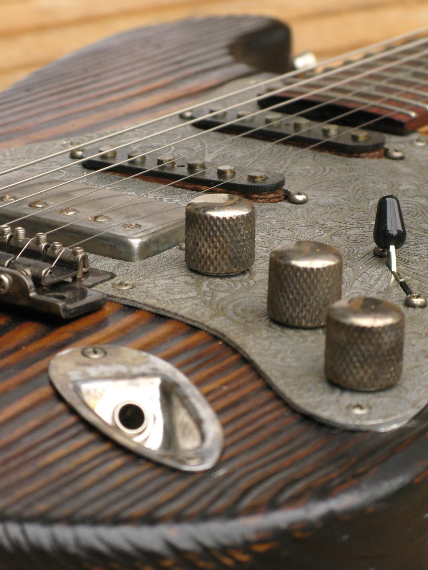 Pickups e controlli di una chitarra elettrica Stratocaster in pino