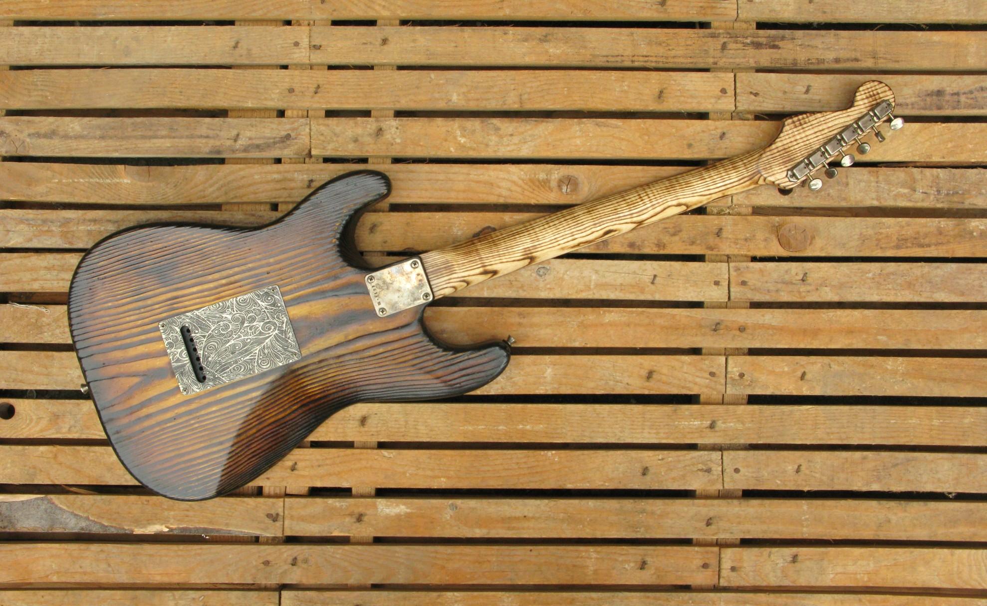 Retro di una chitarra elettrica Stratocaster in pino