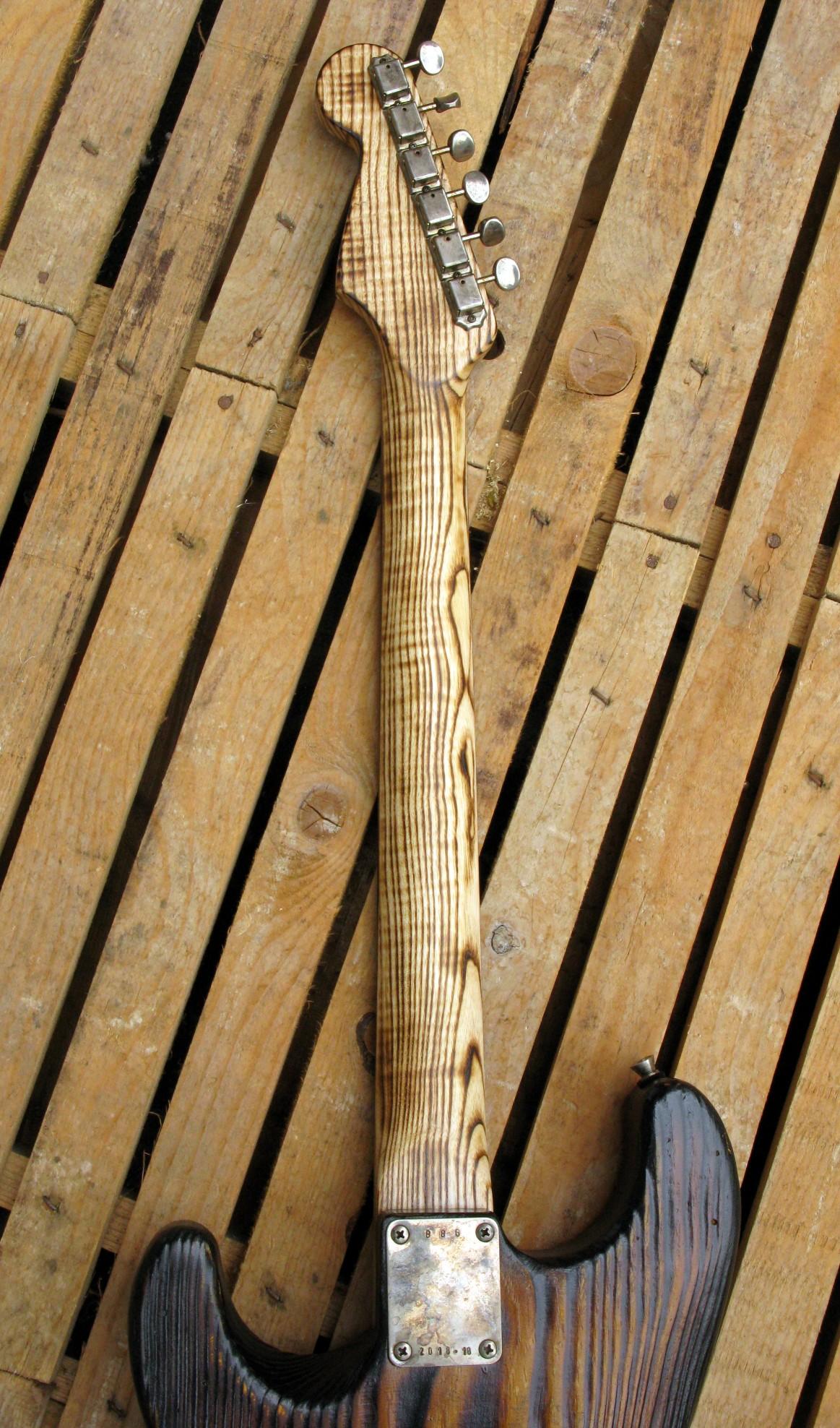 Retro manico in frassino di una chitarra elettrica Stratocaster in pino