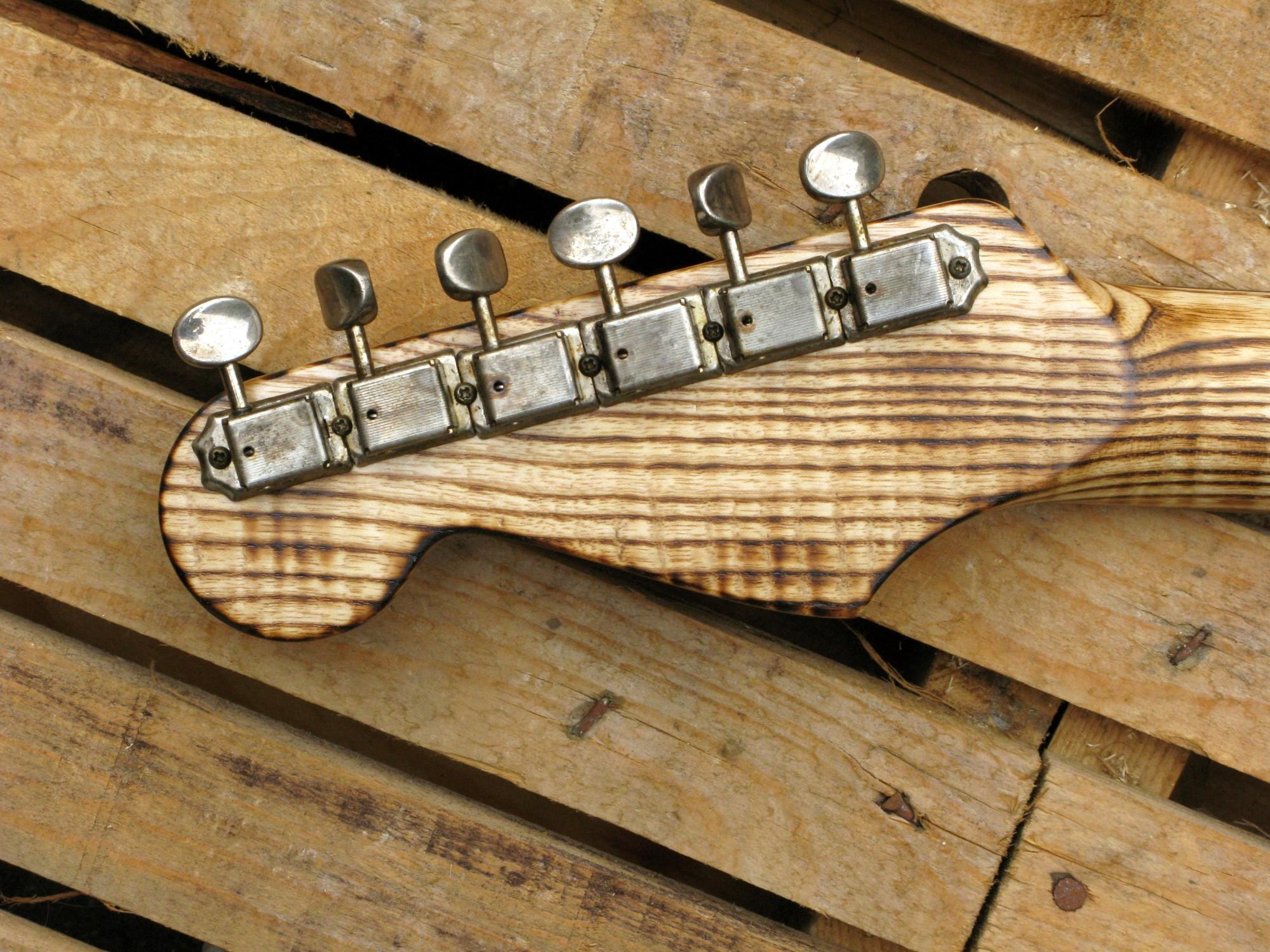 Retro paletta in frassino di una chitarra elettrica Stratocaster in pino