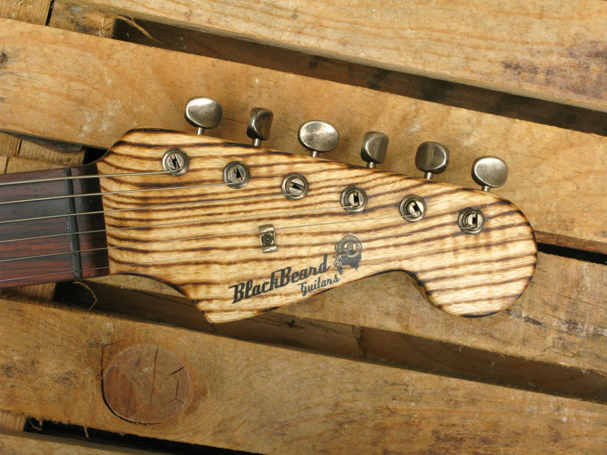 Paletta in palissandro di una chitarra elettrica Stratocaster in pino