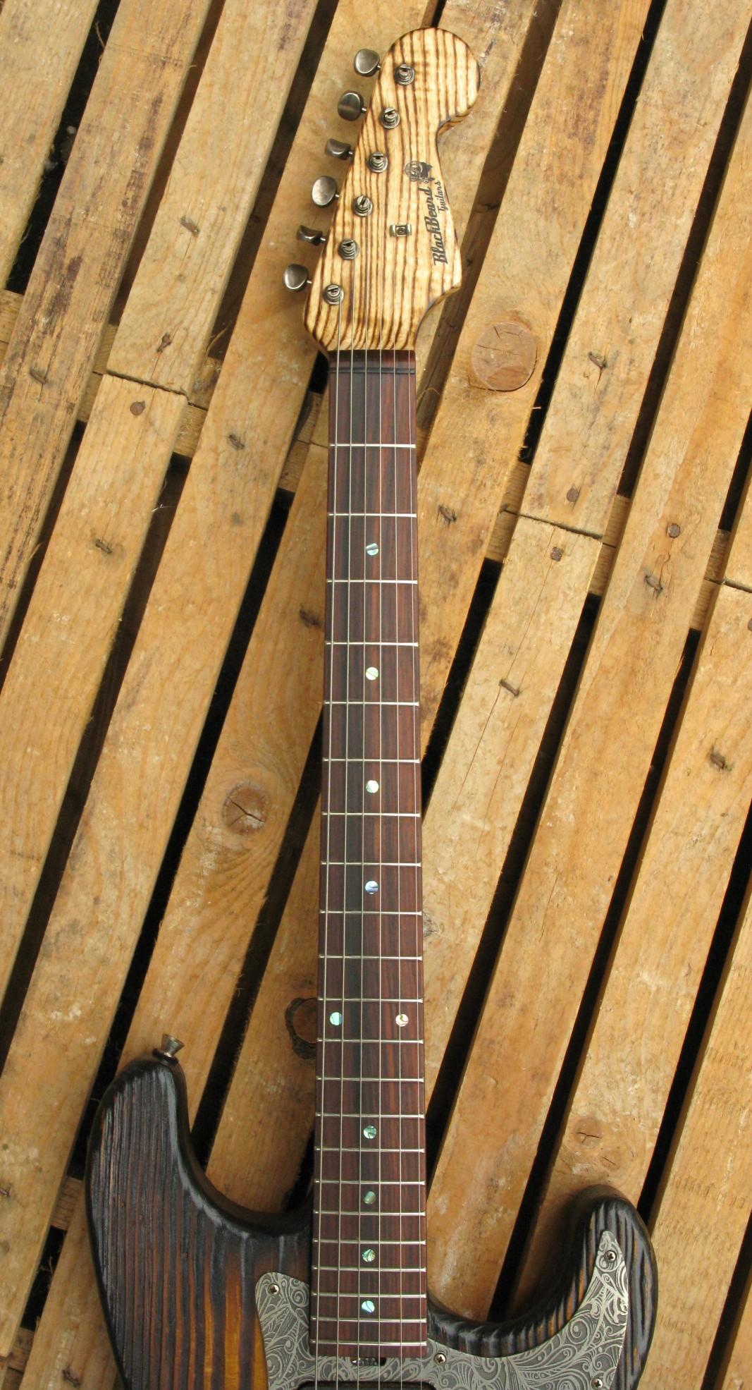 Tastiera in palissandro di una chitarra elettrica Stratocaster in pino