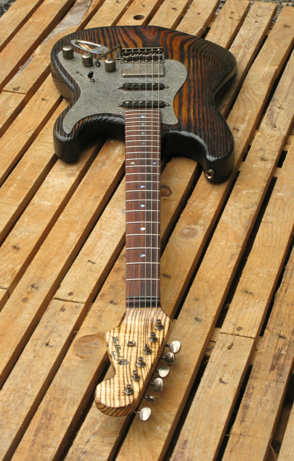Vista di una chitarra elettrica Stratocaster in pino