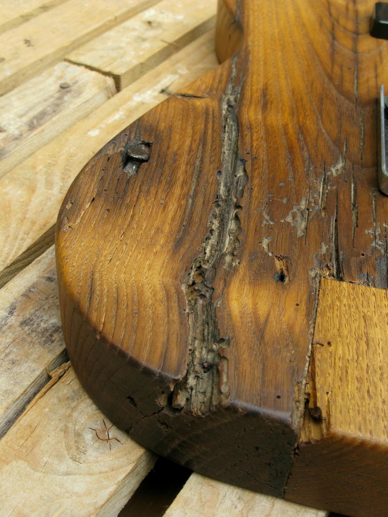 dettaglio del legno di una Telecaster con corpo in castagno secolare e manico in acero roasted