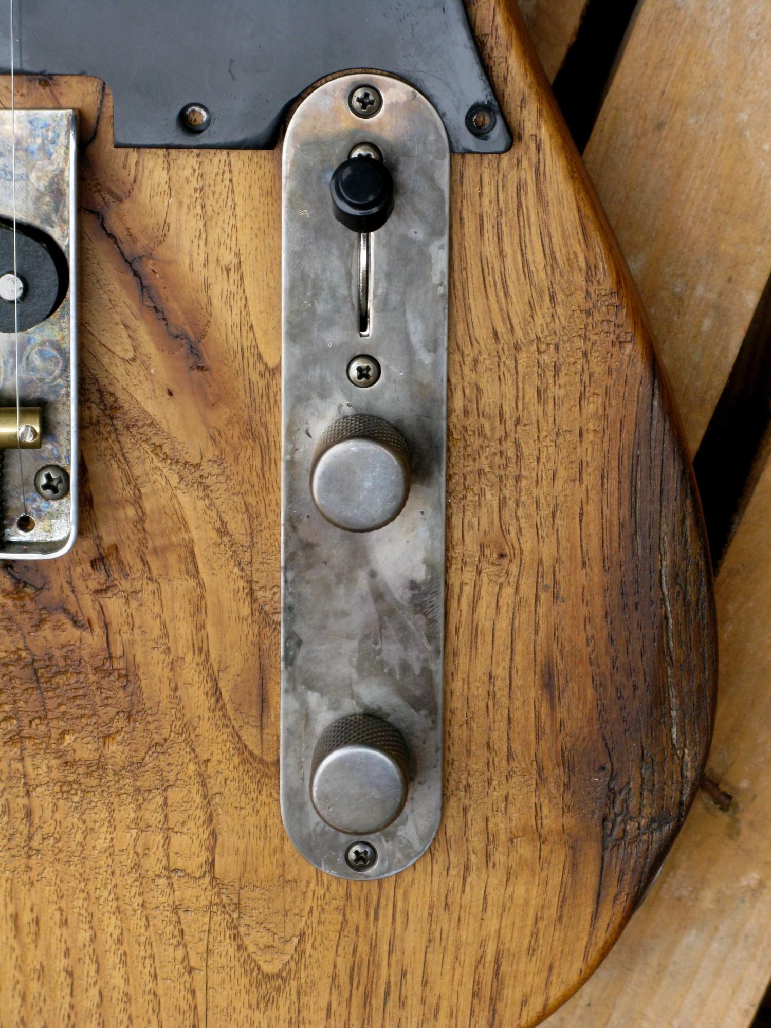 Piastra controlli di una Telecaster con corpo in castagno secolare e manico in acero roasted