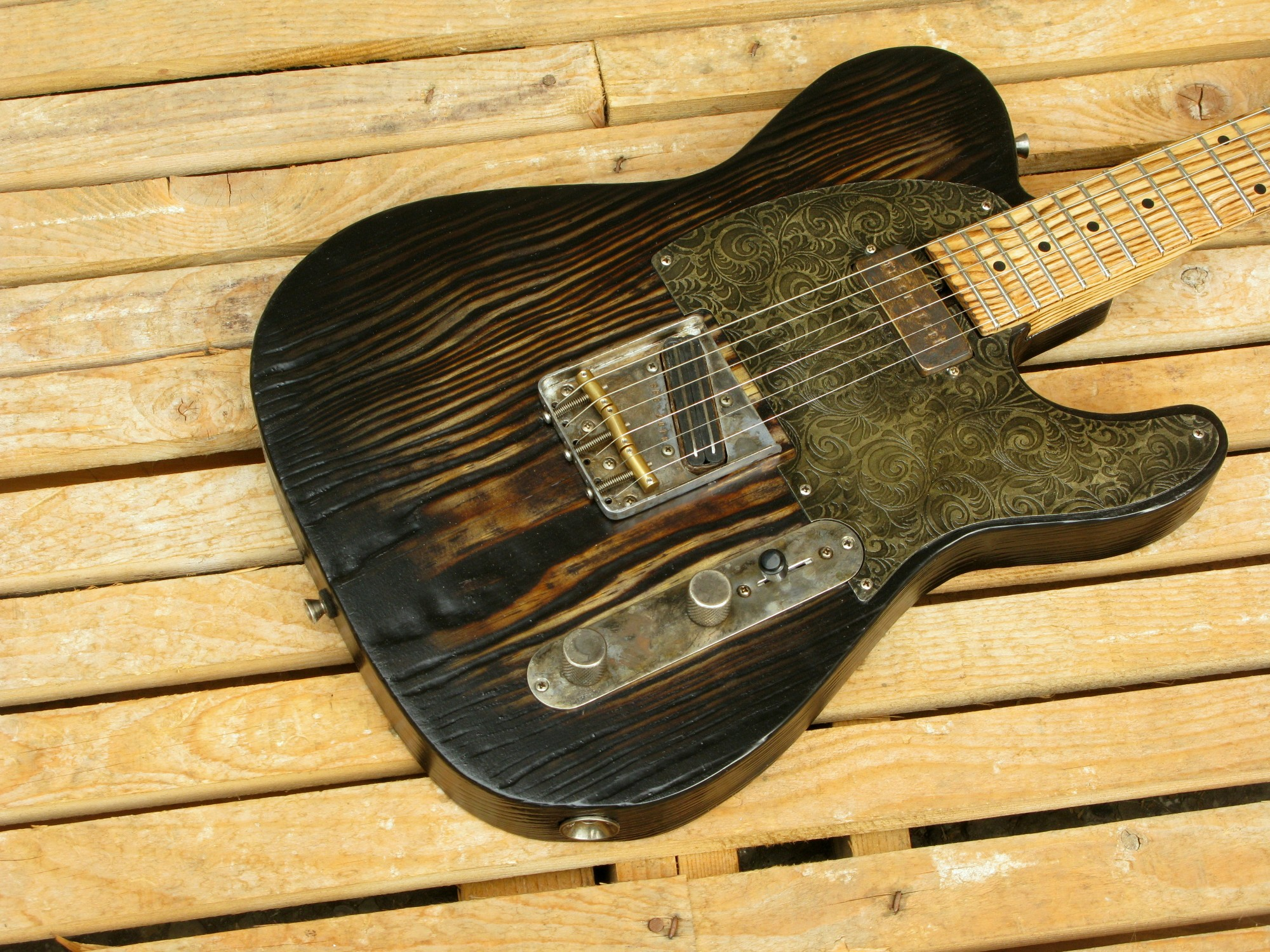Body di una Telecaster in yellow pine, battipenna inciso e manico in frassino