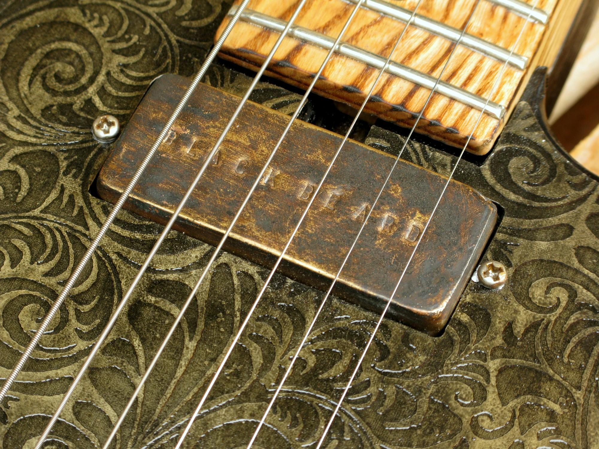 Dettaglio del pickup al manico di una Telecaster in yellow pine, battipenna inciso e manico in frassino