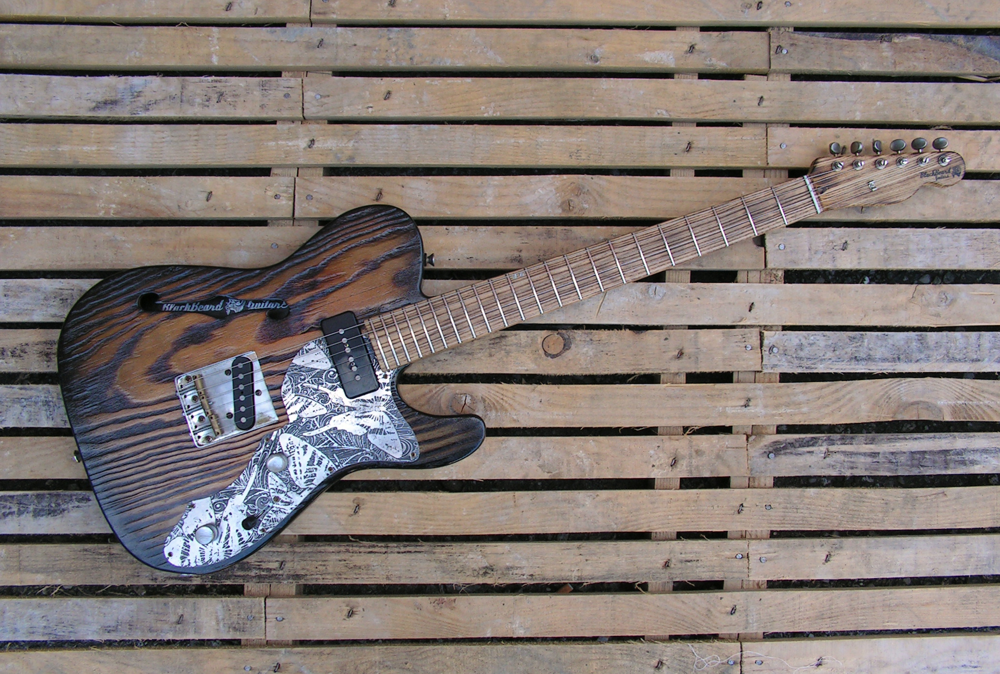 Telecaster thinline dal body in pino roasted e manico in frassino