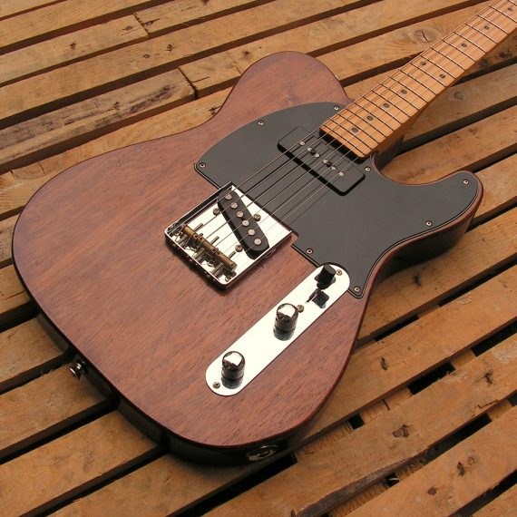 Body di una chitarra elettrica modello Telecaster dal corpo in mogano e manico in acero