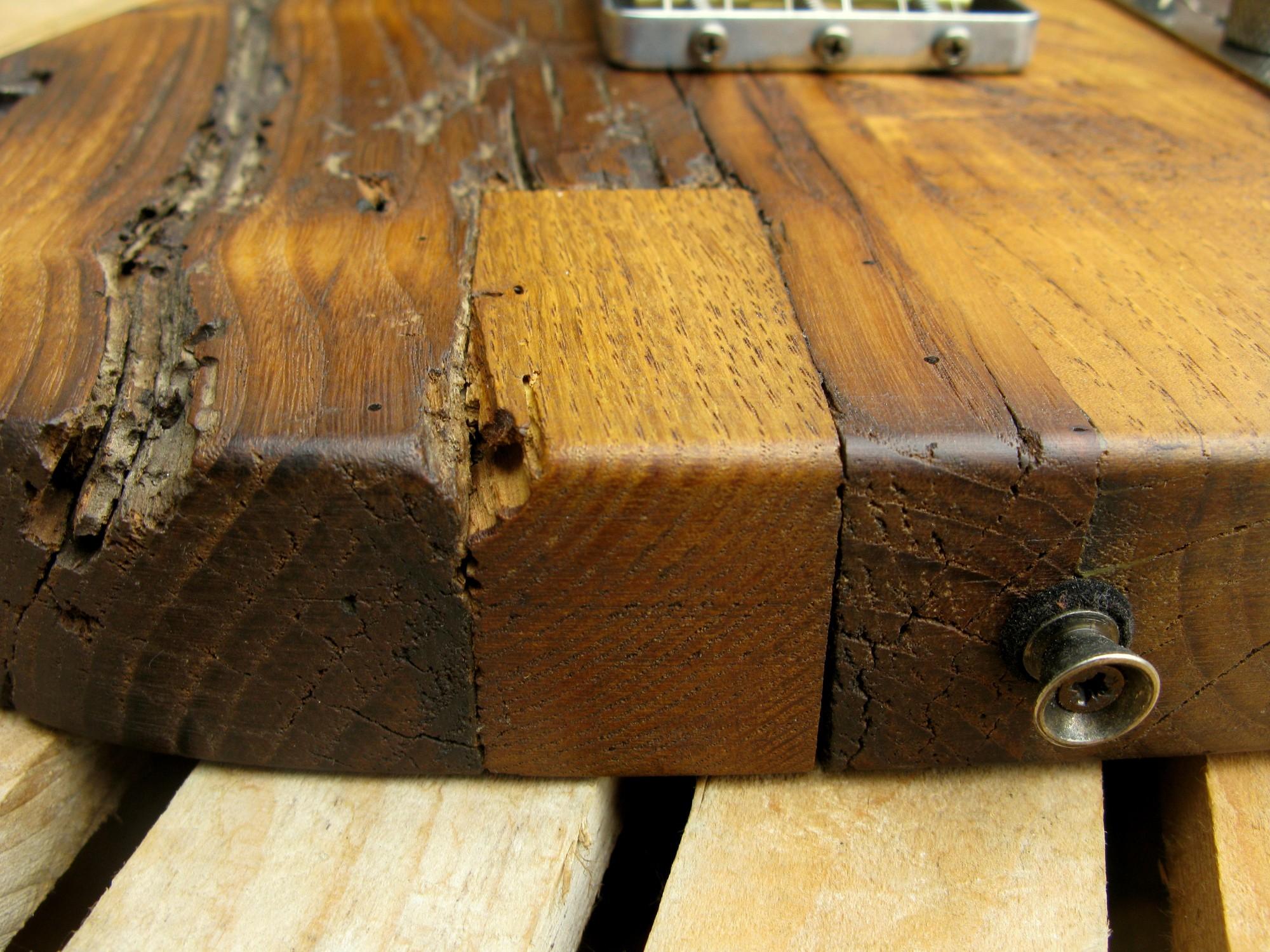 Dettaglio di una Telecaster con corpo in castagno secolare e manico in acero roasted