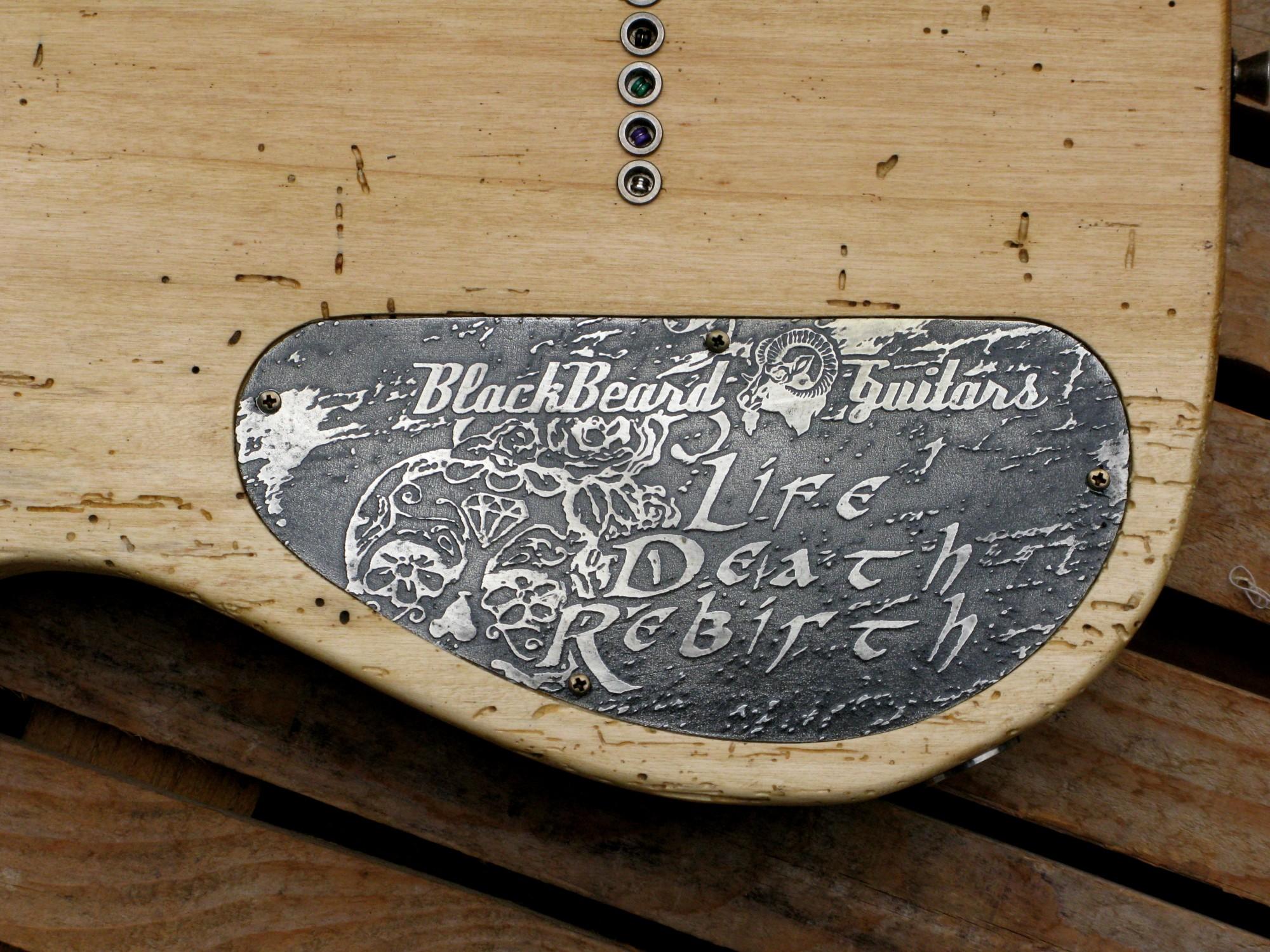 Piastra incisa sul retro del body di una Telecaster in pioppo secolare e manico in zebrano