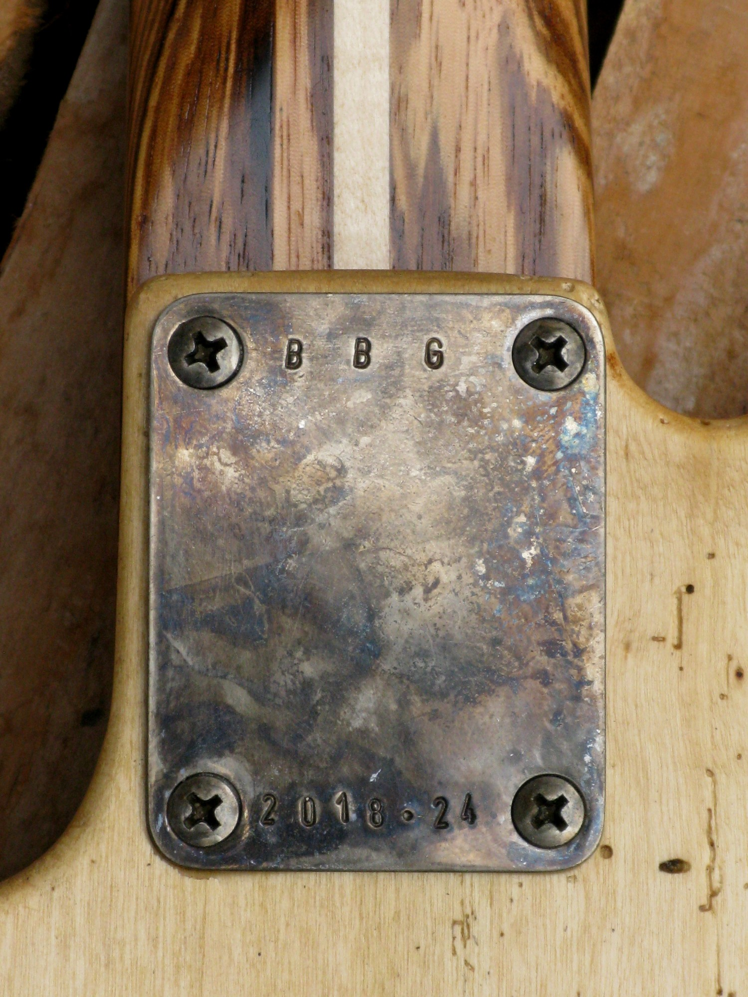 Placca manico sul retro del body di una Telecaster in pioppo secolare e manico in zebrano