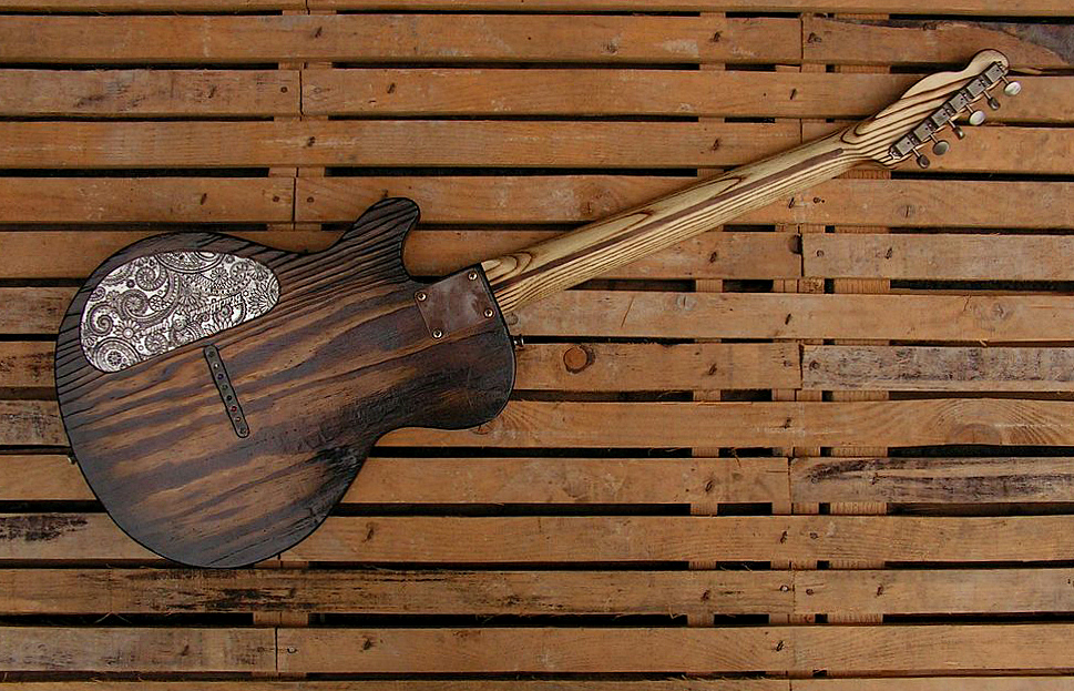 Chitarra elettrica ibrida con manico da telecaster e corpo LP Junior: retro totale