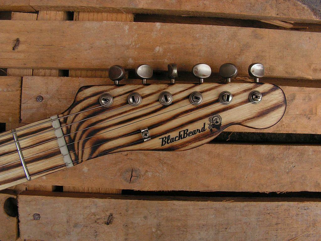 Chitarra elettrica ibrida con manico da telecaster e corpo LP Junior: paletta