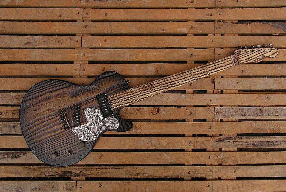 Chitarra elettrica ibrida con manico da telecaster e corpo LP Junior: totale