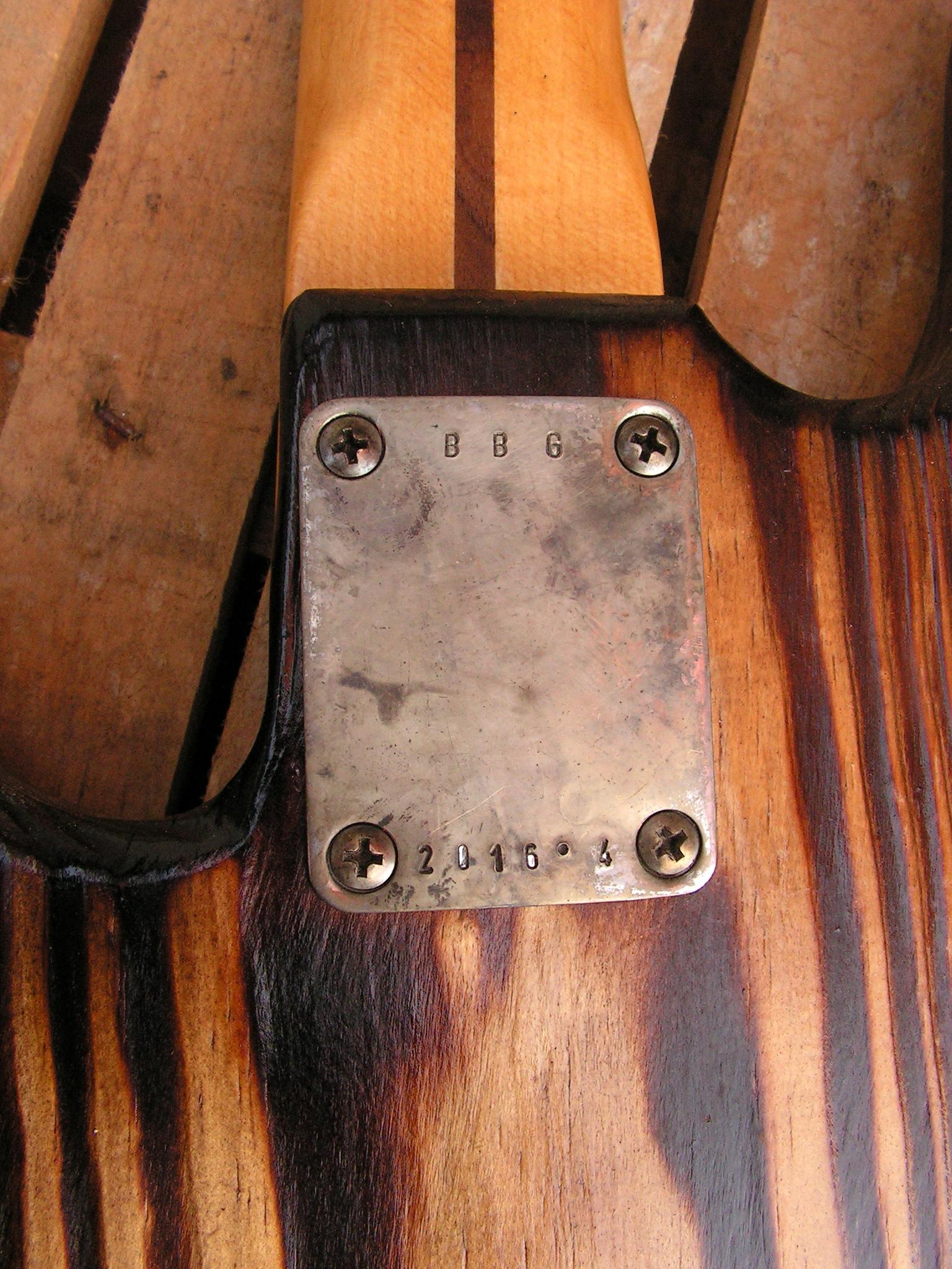 Retro del body in pino di un basso elettrico Precision con top ricavato da una cassetta di liquori