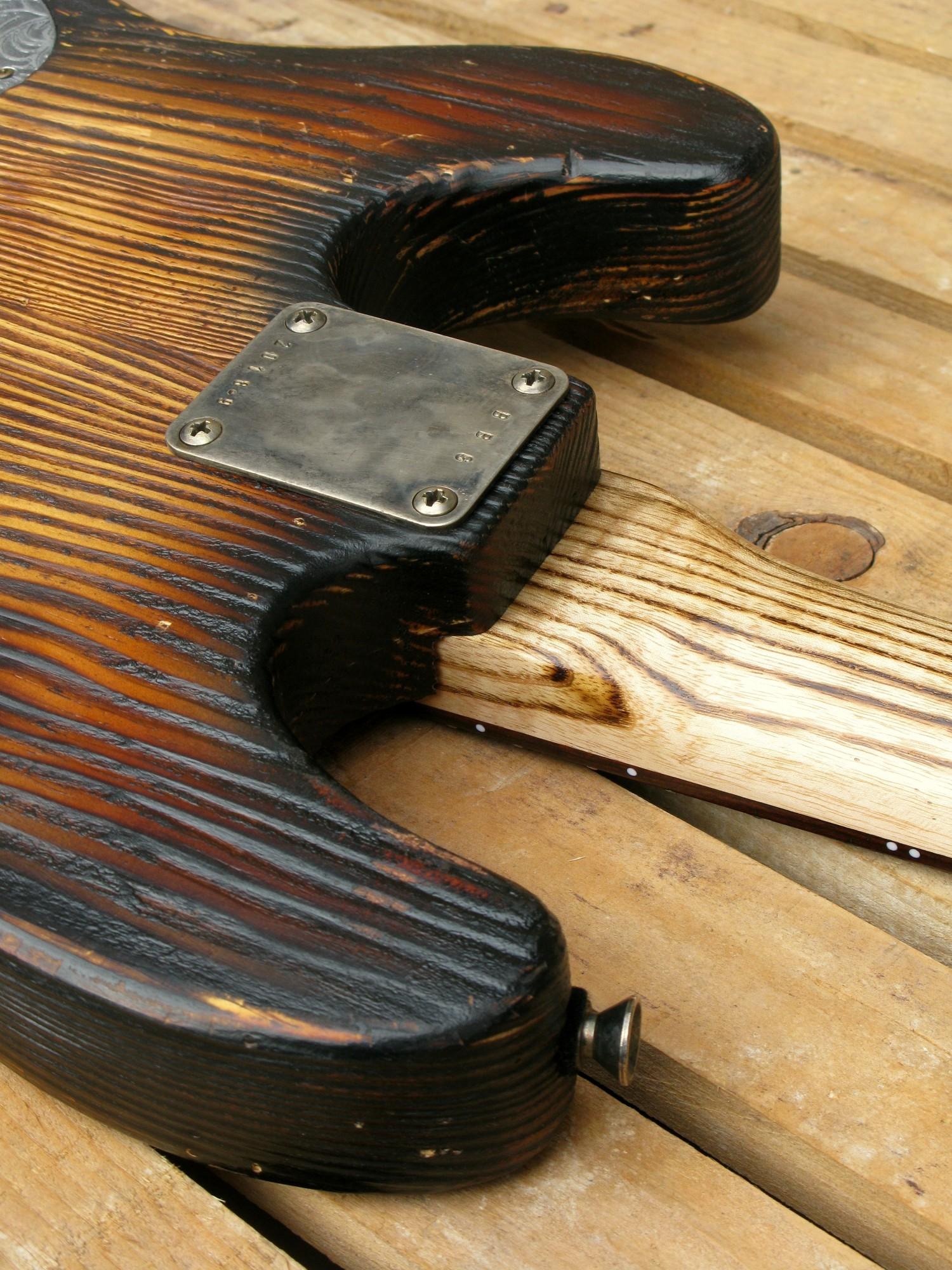 Chitarra modello Stratocaster, body in pino, manico in frassino, reverse: piastra manico