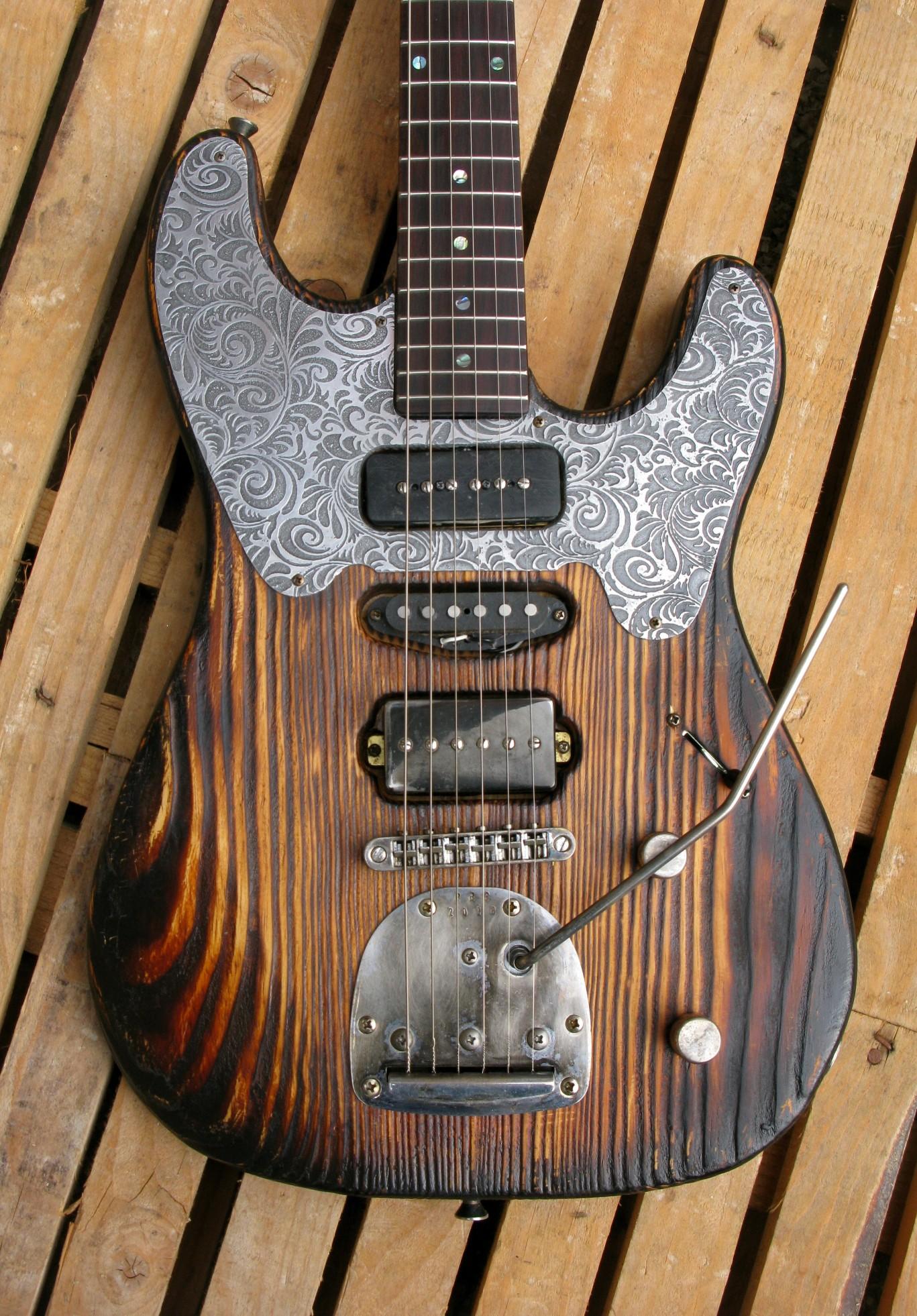 Chitarra modello Stratocaster, body in pino, manico in frassino, reverse: body frontale